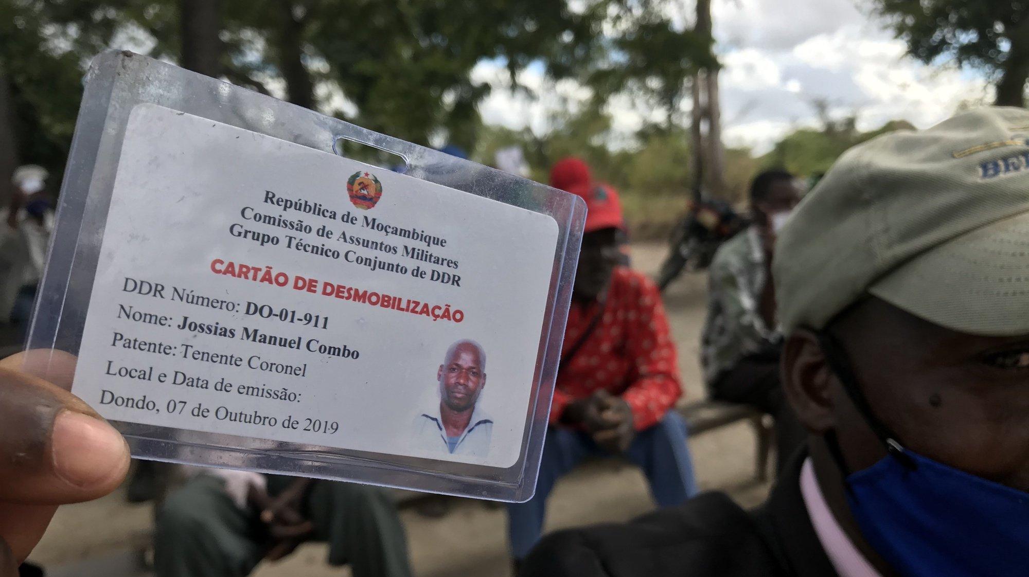 Um ex-guerrilheiro da Renamo mostra o cartão de desmobilização na aldeia de Cheadeia, Província de Sofala, Moçambique, 8 de julho de 2020. Alguns ex-guerrilheiros da Resistência Nacional Moçambicana (Renamo) que entregaram armas em junho no processo de desmilitarização, regressaram à aldeia natal, mas temem agora ser alvo de uma nova ameaça. (ACOMPANHA TEXTO DE 01/08/2020 )  ANDRÉ CATUEIRA/LUSA