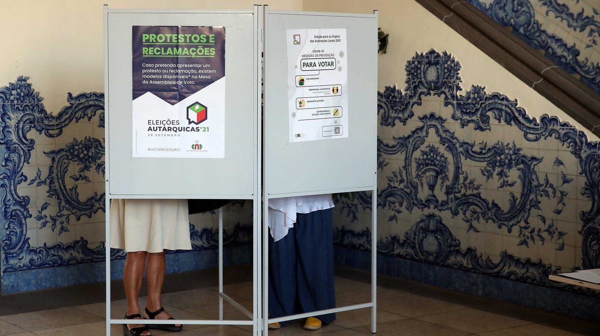 Votação na freguesia da Sé no Funchal, a principal autarquia madeirense para as eleições autárquicas 2021, no Funchal, Madeira, 26 de setembro de 2021. Hoje mais de 9,3 milhões eleitores podem votar nas eleições autárquicas para eleger os seus representantes locais. HOMEM DE GOUVEIA/LUSA