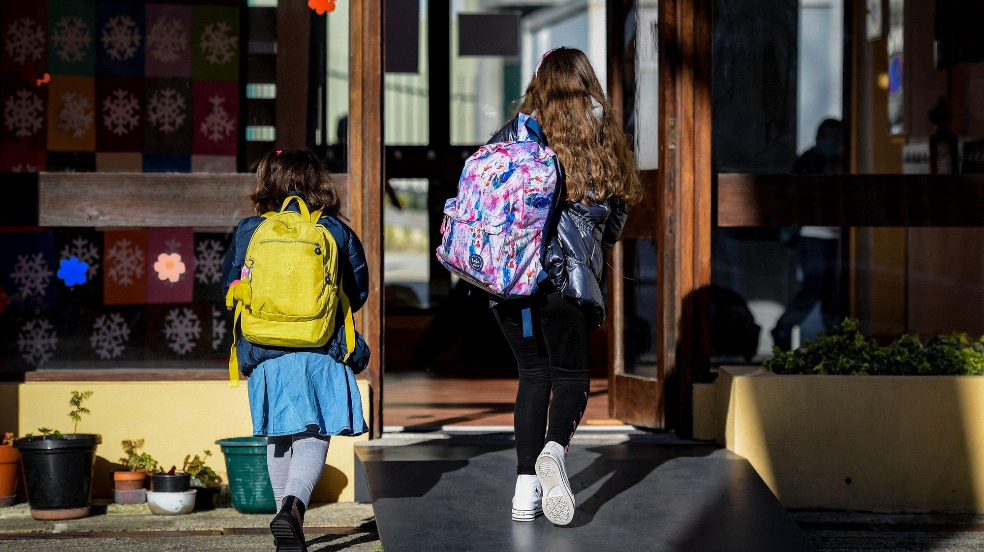 Alunos do ensino básico na Escola EB Joaquim Nicolau de Almeida, regressam às aulas, após período de confinamento obrigatório devido à pandemia Covid-19, Vila Nova de Gaia, 15 de março de 2021.  FERNANDO VELUDO/LUSA