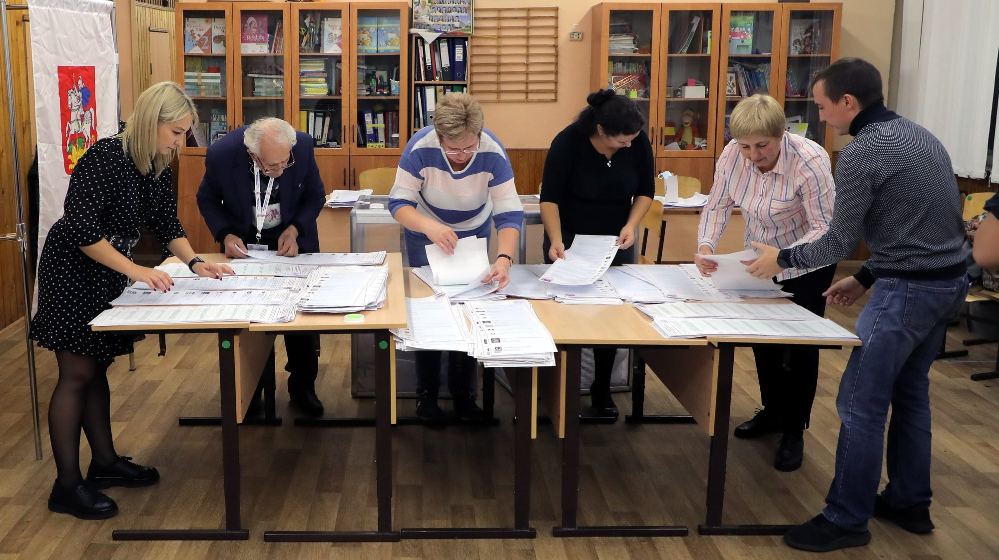 epaselect epa09477072 The members of the local election commission count ballots at a polling station during the Parliamentary elections at a local school in Podolsk outside Moscow, Russia, 19 September 2021. Elections of deputies of the State Duma (Russia's lower house of parliament), governors, deputies of the regional and city runs from 17 September to 19 September. The voting in the State Duma takes place in one round according to a mixed system - 225 deputies must be elected from party lists and 225 deputies - from single-mandate constituencies.  EPA/MAXIM SHIPENKOV