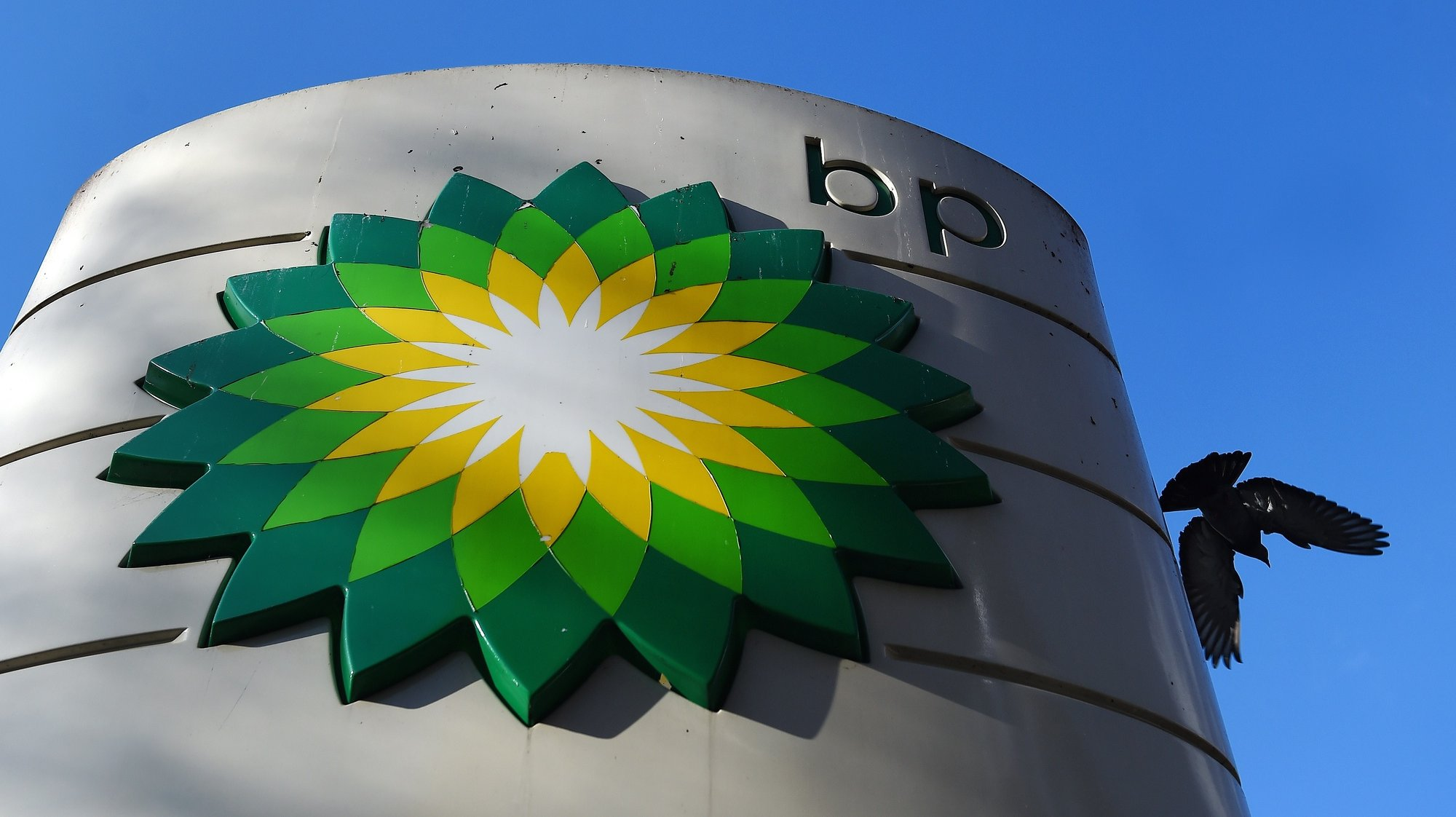 epa08980097 (FILE) - BP's logo at a petrol station in London, Britain, 02 February 2016 (reissued 01 February 2021). BP is to release its 4th quarter 2020 results and dividend announcement on 02 February 2021.  EPA/ANDY RAIN *** Local Caption *** 52566533