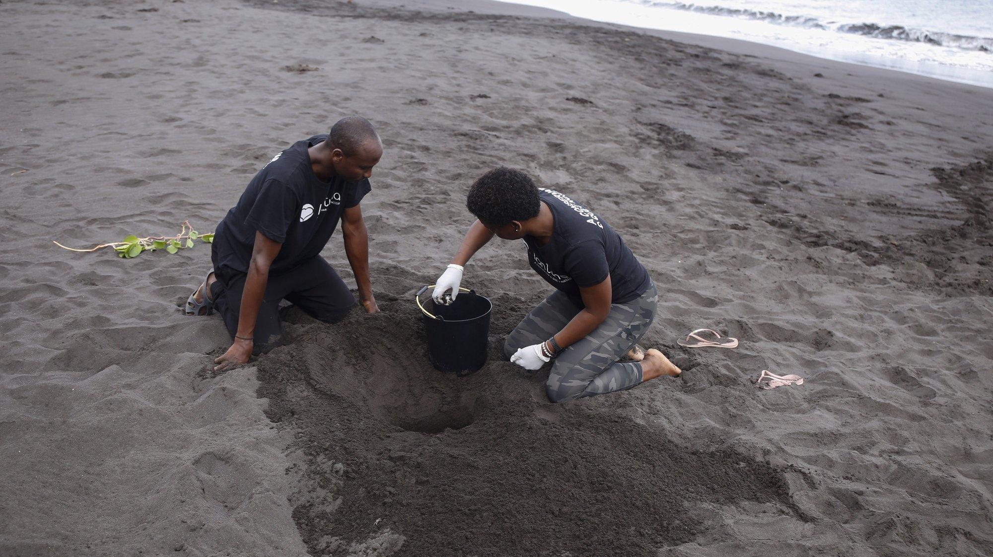 """A Organização Não-Governamental (ONG) cabo-verdiana Lantuna admite que a preservação das tartarugas marinhas em Santiago é """"crítica"""", pedindo mais fiscalização e o envolvimento das comunidades na defesa da espécie, tal como noutras ilhas de Cabo Verde, Ribeira das Pratas, 2 de agosto de 2021. (ACOMPANHA TEXTO DE 09/08/2021) FERNANDO DE PINA/LUSA"""