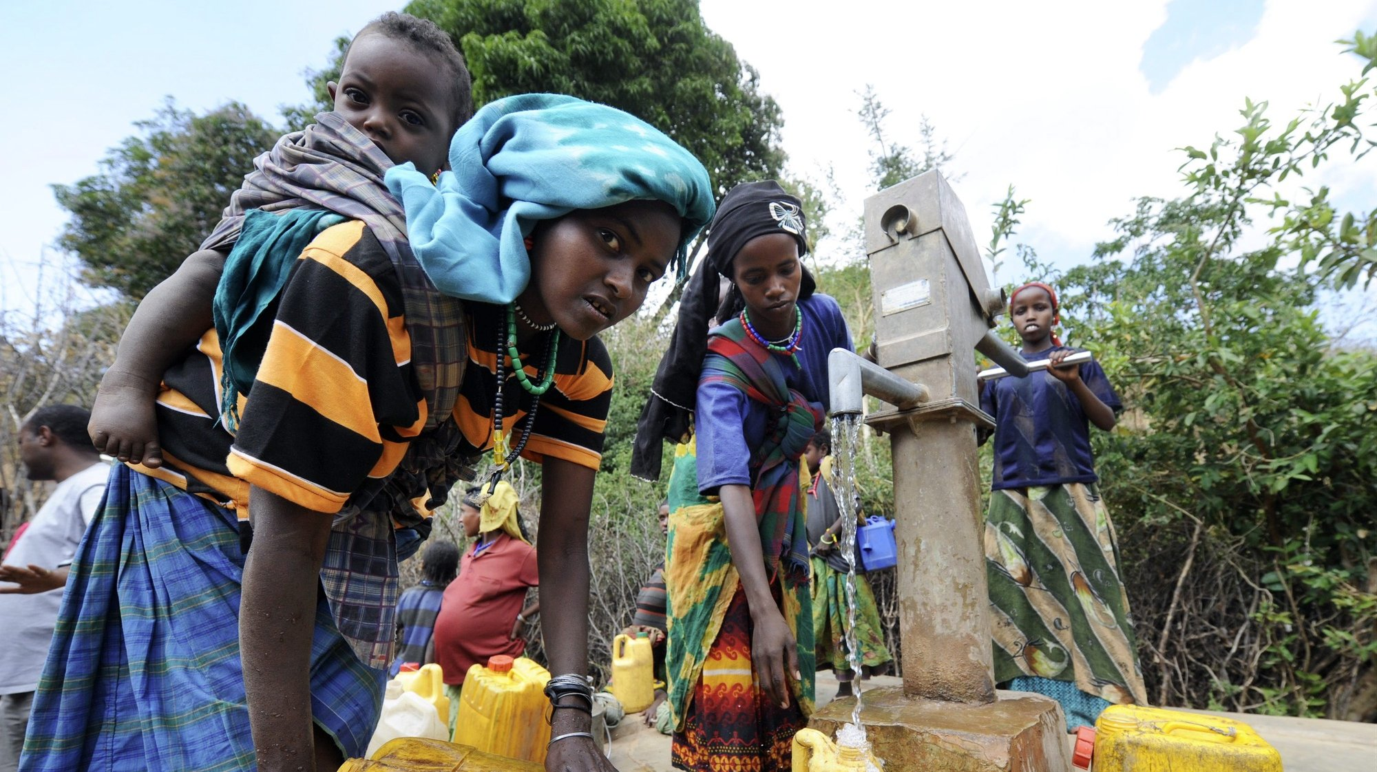 epa02527749 A picture made available 13 January 2011 shows women fetching water from a water hole drilled by human aid foundation 'Menschen fuer Menschen' in Babile, Ethiopia, 12 January 2011. TheAustrian charity organisation  'Menschen fuer Menschen' (lit. 'people for people') is active here, helping with water supply, finanicial and educational measures.  EPA/TOBIAS HASE