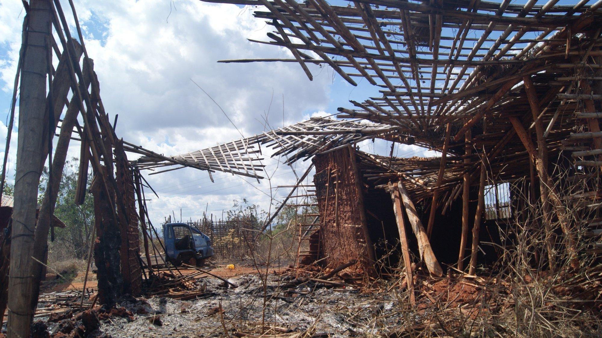 Ruínas de uma casa destruída por rebeldes na aldeia 19 de outubro, em Quissanga, Cabo Delgado, Moçambique, 21 de agosto de 2021. As vilas e aldeias devastadas por rebeldes nos distritos de Quissanga e Macomia têm as marcas do terror estampadas em cada esquina e, entre ruínas, ensaia-se a reconstrução, mas o trauma é grande e paira ainda o medo entre as comunidades (ACOMPANHA TEXTO DO DIA 23 DE AGOSTO DE 2021). LUÍSA NHANTUMBO/LUSA