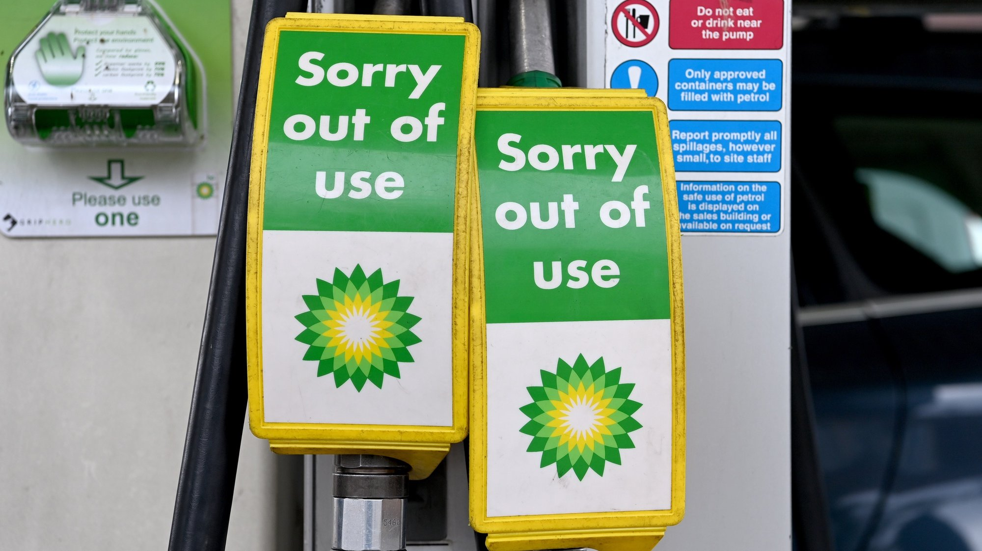 epa09484821 A BP petrol station is pictured in London, Britain, 24 September 2021. A small number of BP petrol stations are closed due to problems with transporting the fuel from refineries amid the nationwide scarcity of truck drivers in the UK.  EPA/FACUNDO ARRIZABALAGA