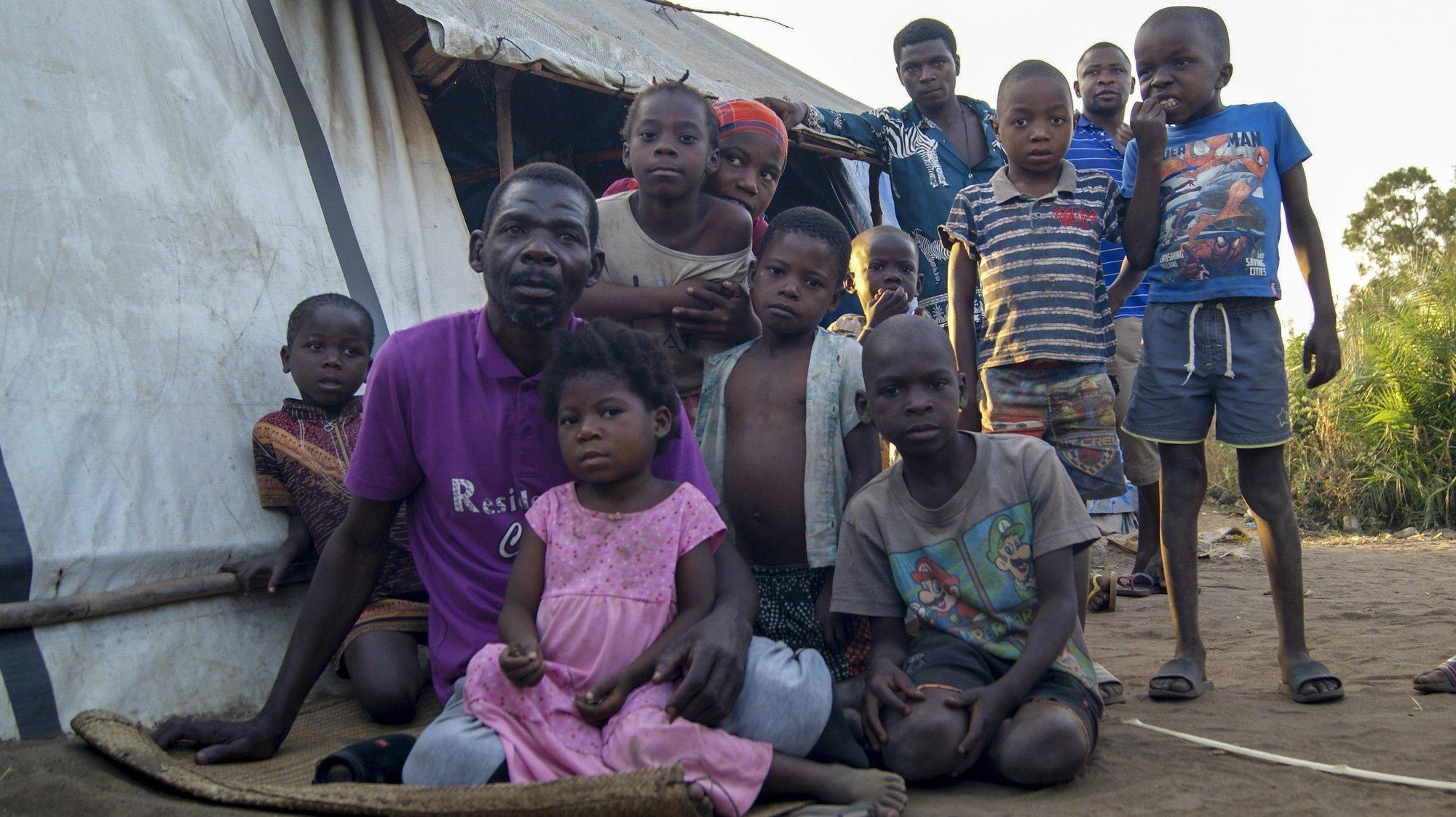 Abu Sefo (2-E), 52 anos, fugiu de Mocímboa da Praia há um ano com sua família, posa para a fotografia acompanhado por crianças num dos campos de acolhimento de deslocados em Metuge, espaço que alberga deslocados que fogem da violência armada no norte de Moçambique, Cabo Delgado, Moçambique, 16 de agosto de 2021. Na sequência dos ataques, que aterrorizam a província de Cabo Delgado desde 2017, há mais de 3.100 mortes, segundo o projeto de registo de conflitos ACLED, e mais de 817 mil deslocados, segundo as autoridades moçambicanas. (ACOMPANHA TEXTO DA LUSA DO DIA 17 DE AGOSTO DE 2021). LUÍSA NHANTUMBO/LUSA