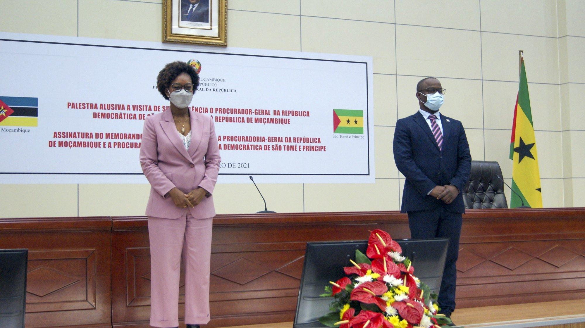 Beatriz Buchili (E), procuradora-geral de Moçambique e Kelve Nobre de Carvalho (D) procurador-geral de São Tomé e Príncipe durante assinatura de memorando de entendimento para a cooperação jurídica e judiciária em Maputo, Moçambique, 21 de setembro de 2021. O procurador-geral de São Tomé e Príncipe, Kelve Nobre de Carvalho, está em Moçambique desde segunda-feira, numa visita de cinco dias. (ACOMPANHA TEXTO) LUÍSA NHANTUMBO/LUSA