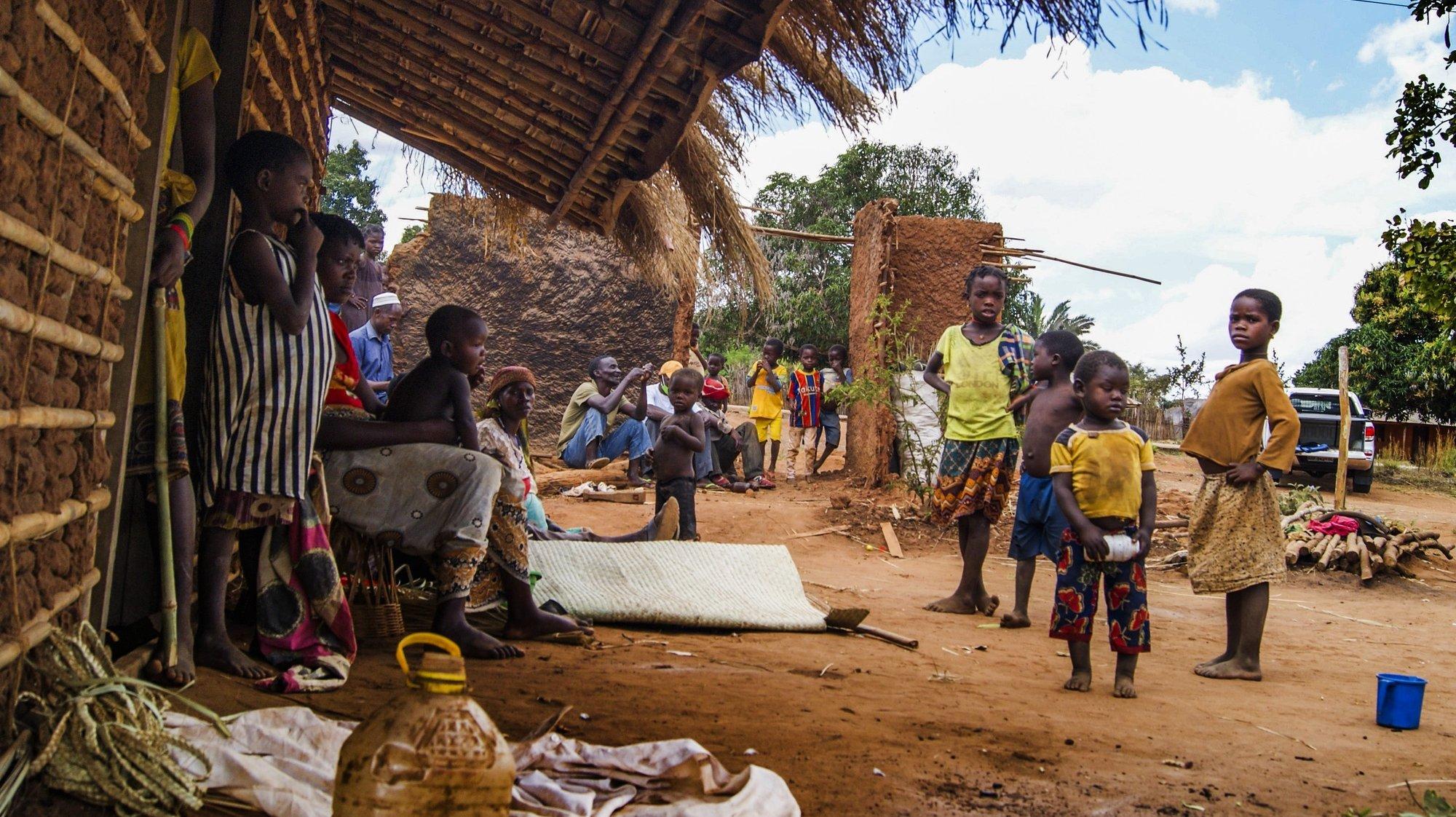 Comunidades que regressaram à aldeia 19 de outubro, atacada por grupos armados em Quissanga, Cabo Delgado, Moçambique, 21 de agosto de 2021. As vilas e aldeias devastadas por rebeldes nos distritos de Quissanga e Macomia têm as marcas do terror estampadas em cada esquina e, entre ruínas, ensaia-se a reconstrução, mas o trauma é grande e paira ainda o medo entre as comunidades (ACOMPANHA TEXTO DO DIA 23 DE AGOSTO DE 2021). LUÍSA NHANTUMBO/LUSA