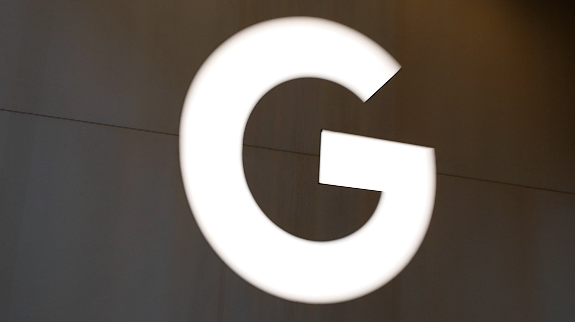 epa09281593 A view of the Google 'G' sign inside the Google retail store in the Chelsea neighborhood of New York, New York, USA, 17 June 2021. The Google Store, which opened today, will allow customers to browse through and buy an extensive selection of products made by Google, ranging from Pixel phones, Nest products, Fitbit devices and Pixelbooks.  EPA/JASON SZENES
