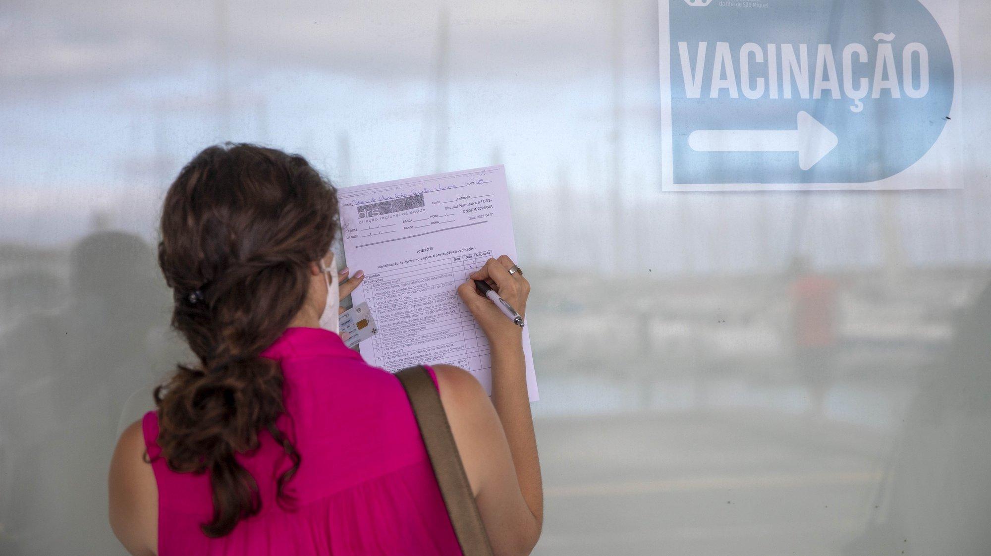 """O Centro de Vacinação de Ponta Delgada instalado no Pavilhão das Portas do Mar entrou hoje em modo """"Casa Aberta"""" para vacinar contra a covid-19 todos os residentes de São Miguel com idade igual ou superior a 18 anos, mesmo sem marcação, Ponta Delgada, Ilha de São Miguel, 4 de agosto de 2021. EDUARDO COSTA/LUSA"""