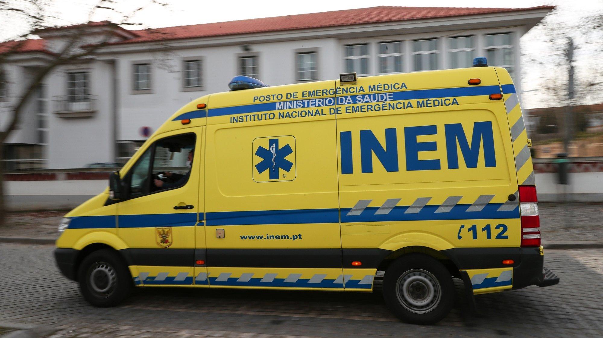Uma ambulância do INEM circula junto ao Hospital do Espírito Santo De Évora, em Évora, 16 de fevereiro de 2021. NUNO VEIGA/LUSA