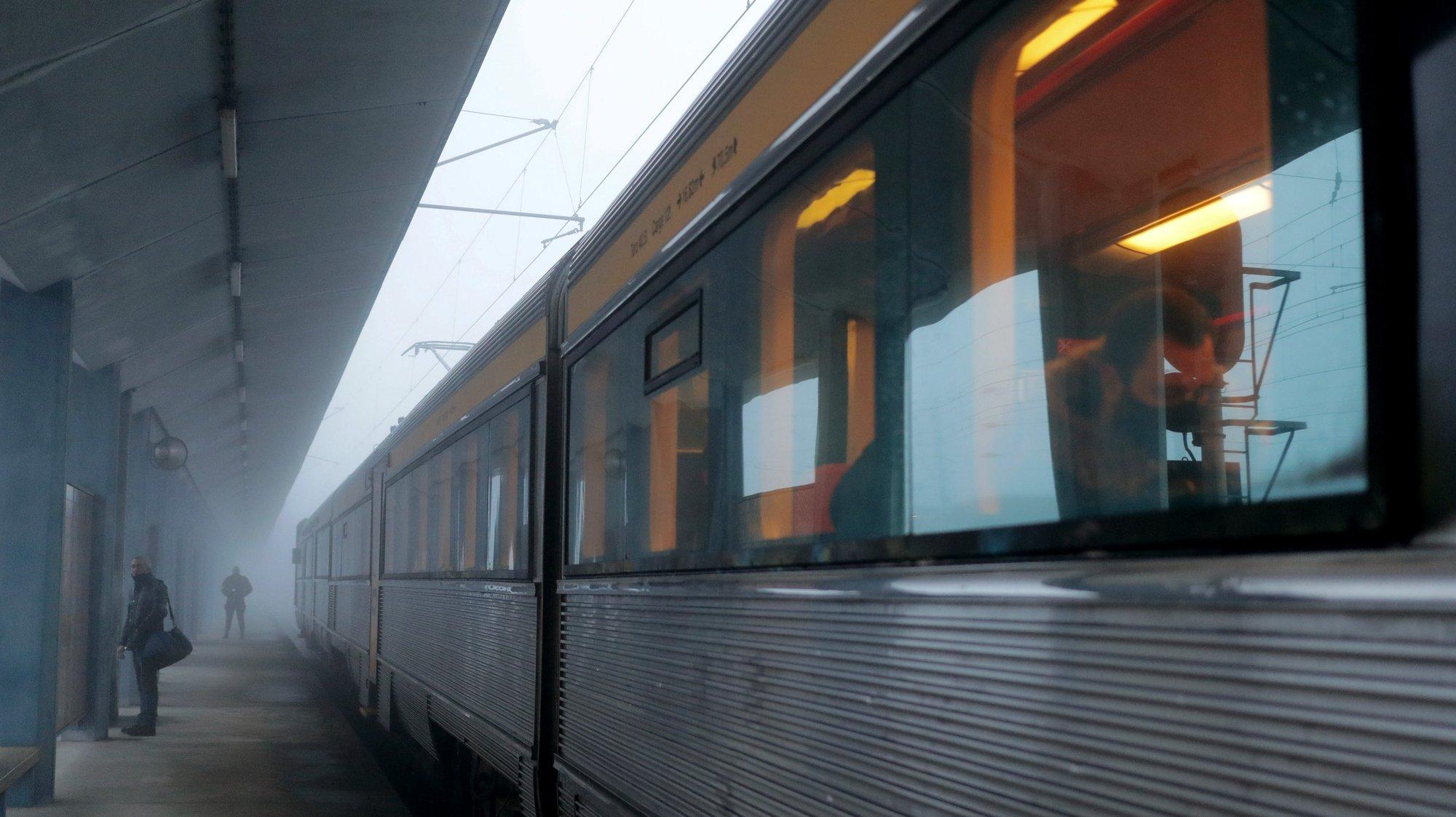 """Viagem de reativação do Comboio Operário que estabelece a ligação entre o Complexo Ferroviário de Guifões, em Matosinhos, e a Estação de Contumil, no Porto, que irá transportar diariamente, de manhã e ao final do dia, cerca de 80 trabalhadores, em Guifões, 04 de janeiro de 2021. Governo está a preparar um concurso para aquisição de mais 100 composições para a CP, a realizar em março, que irá """"privilegiar os candidatos que queiram construir em Portugal"""", disse à Lusa o secretário de Estado das Infraestruturas. ESTELA SILVA/LUSA"""