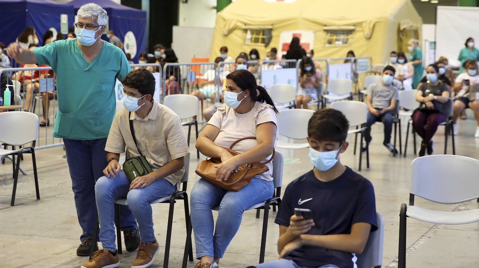 Centenas de adolescentes residentes na Madeira afluíram hoje ao Centro de Vacinação do Funchal para serem vacinados contra a covid-19, sendo esta a primeira região começar a inocular a partir dos 12 anos. Funchal, Ilha da Madeira, 31 de julho de 2021. HOMEM DE GOUVEIA/LUSA
