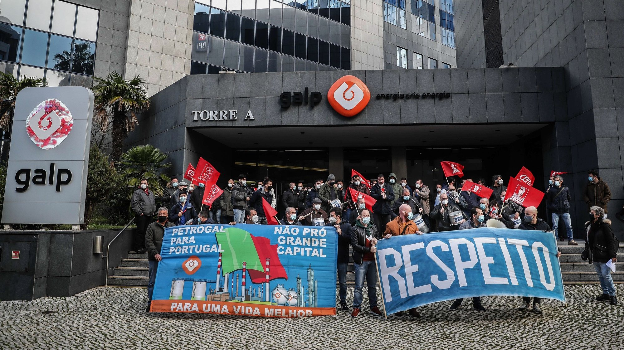 Trabalhadores da Petrogal (Grupo Galp Energia) participam no protesto contra a decisão da administração de encerrar a refinaria instalada em Matosinhos, frente à sede da Petrogal em Lisboa, 2 de fevereiro de 2021. MÁRIO CRUZ/LUSA