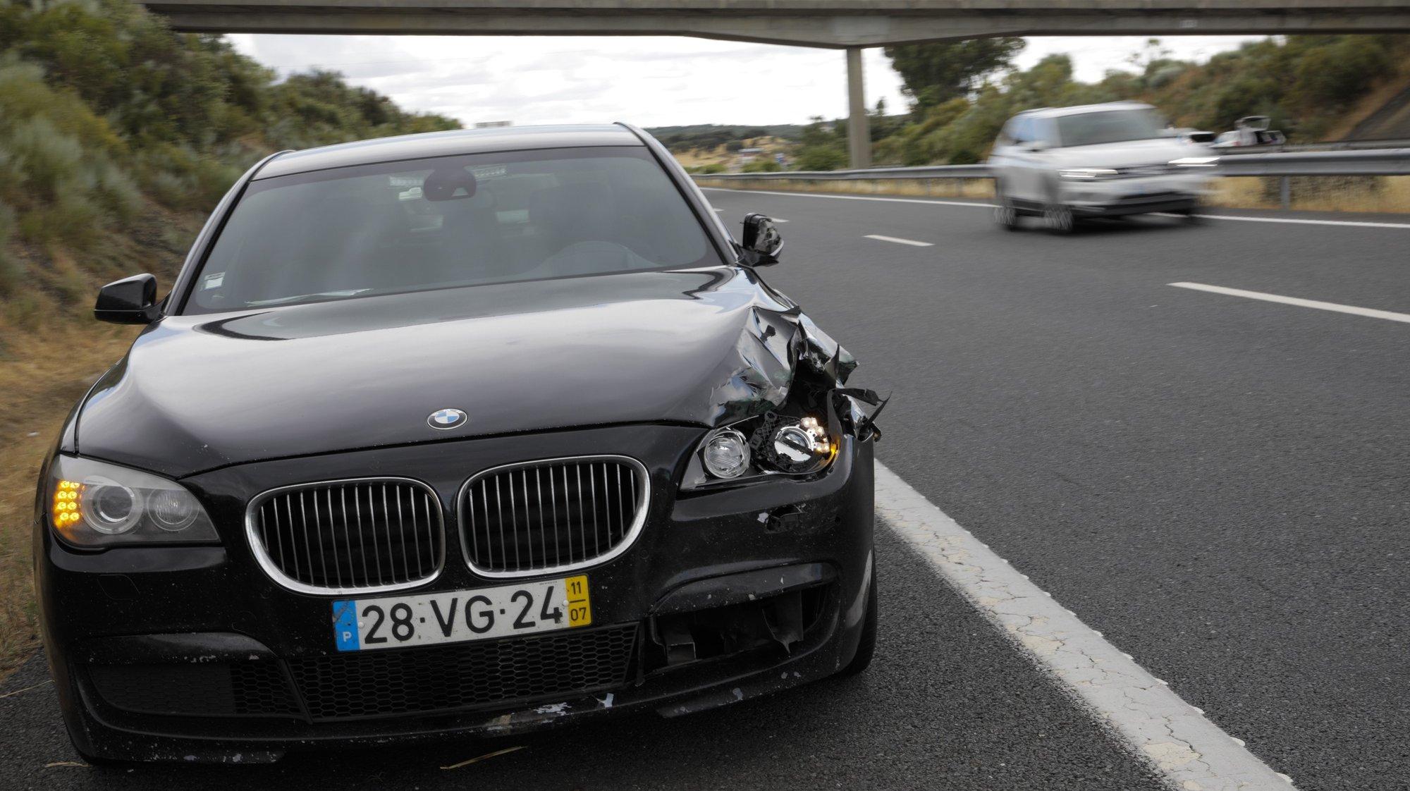O carro onde seguia o ministro da Administração  Interna, Eduardo Cabrita, estacionado no A6 no seguimento de um acidente que envolveu uma vitima mortal por atropelamento, Évora, 18 de junho de 2021. PAULO CUNHA /LUSA