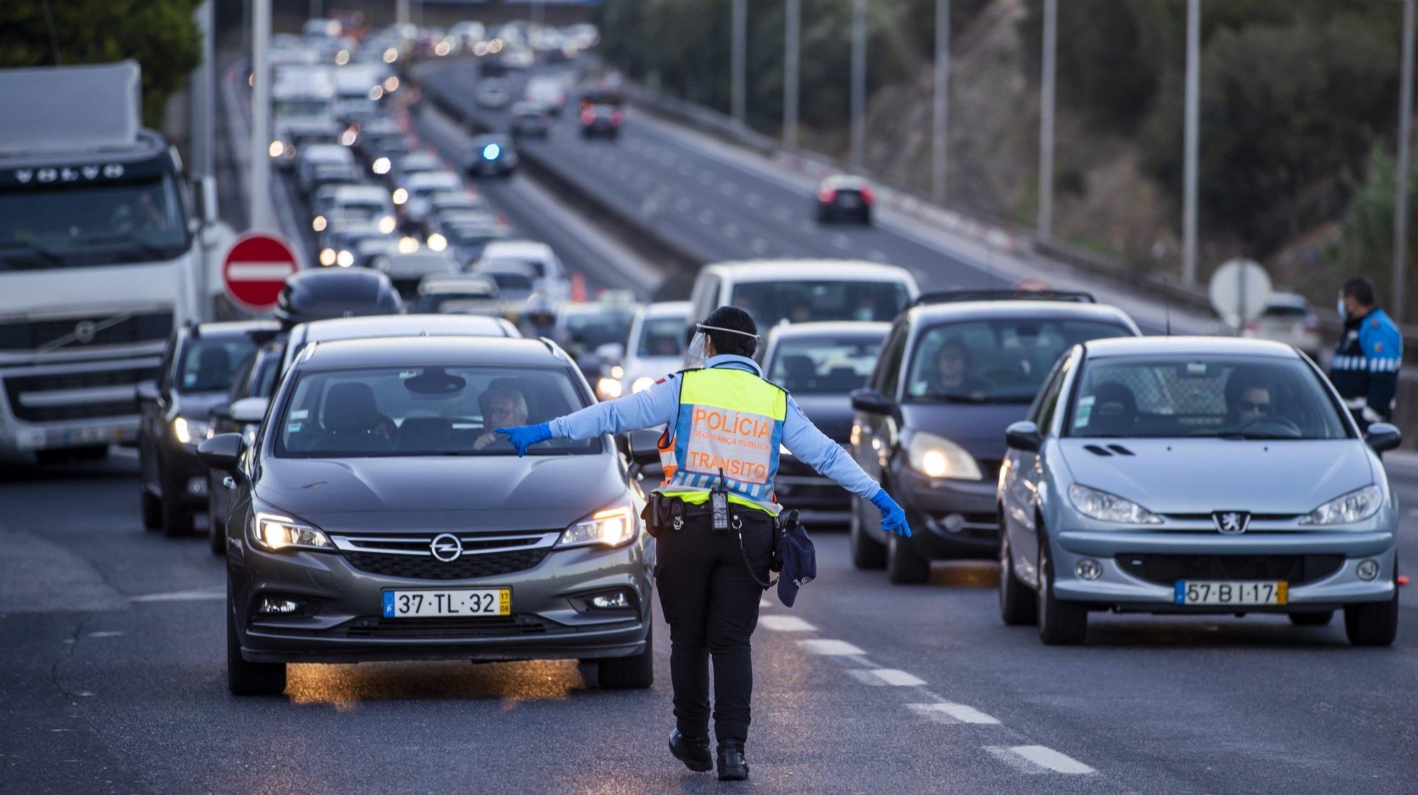 Agentes da Polícia de Segurança Pública (PSP) fazem uma operação Stop no acesso à Ponte 25 de Abril, em Lisboa, 30 de outubro de 2020. A circulação entre concelhos do continente está proibida entre os dias 30 de outubro e 03 de novembro devido à pandemia de covid-19. JOSÉ SENA GOULÃO/LUSA