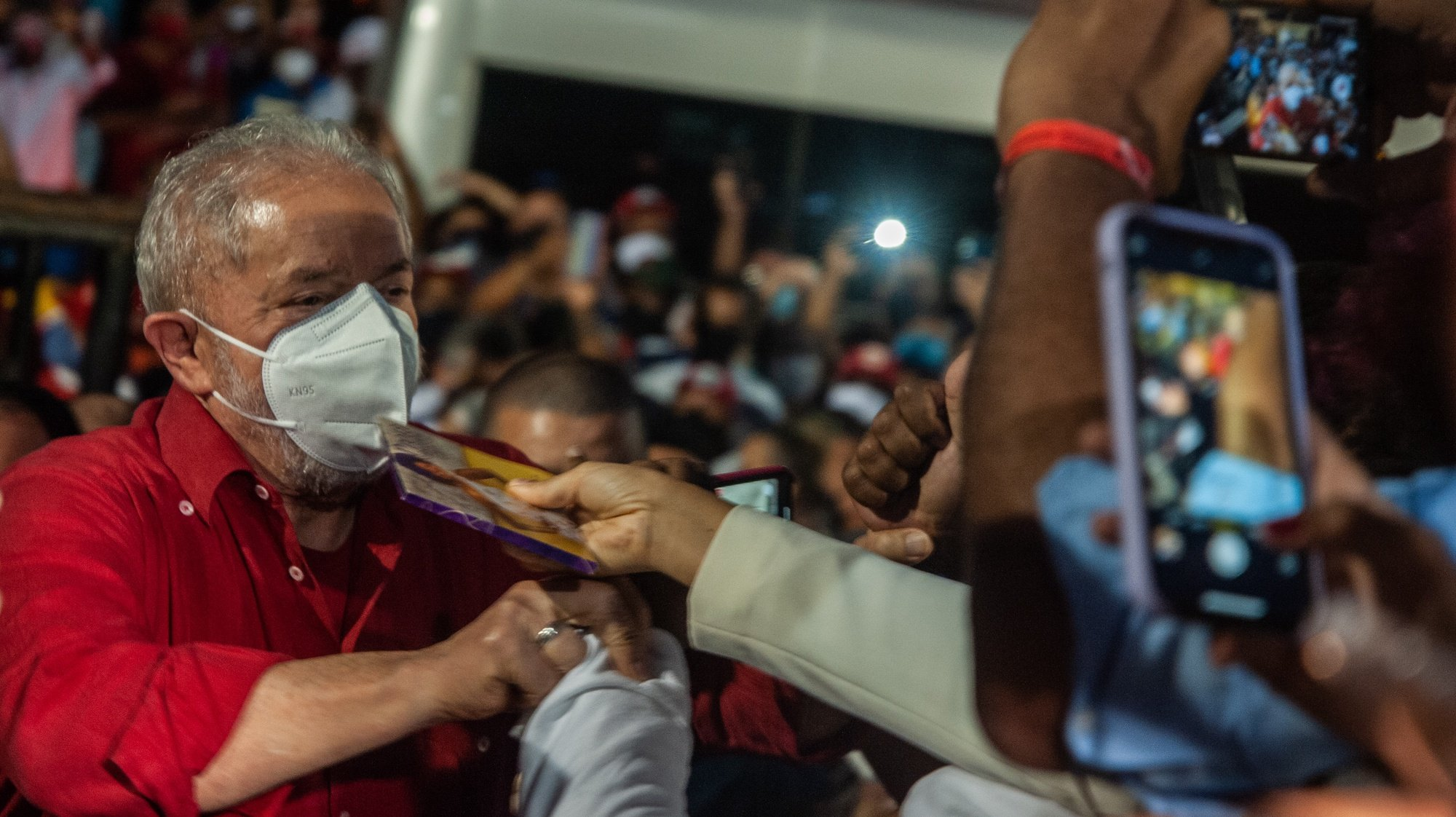 epa09431398 Former Brazilian President Luiz Inácio Lula da Silva arrives for a meeting with the black movement at the 'Senzala del Barro Preto', headquarters of the Afro ILE AYE troupe, in the city of Salvador, Brazil, 26 August 2021. The former president is on a ten-day tour of six states in the northeast of Brazil, the poorest region of the country and an electoral stronghold of the PT (Workers Party), to meet with political and social leaders.  EPA/Felipe Iruatã