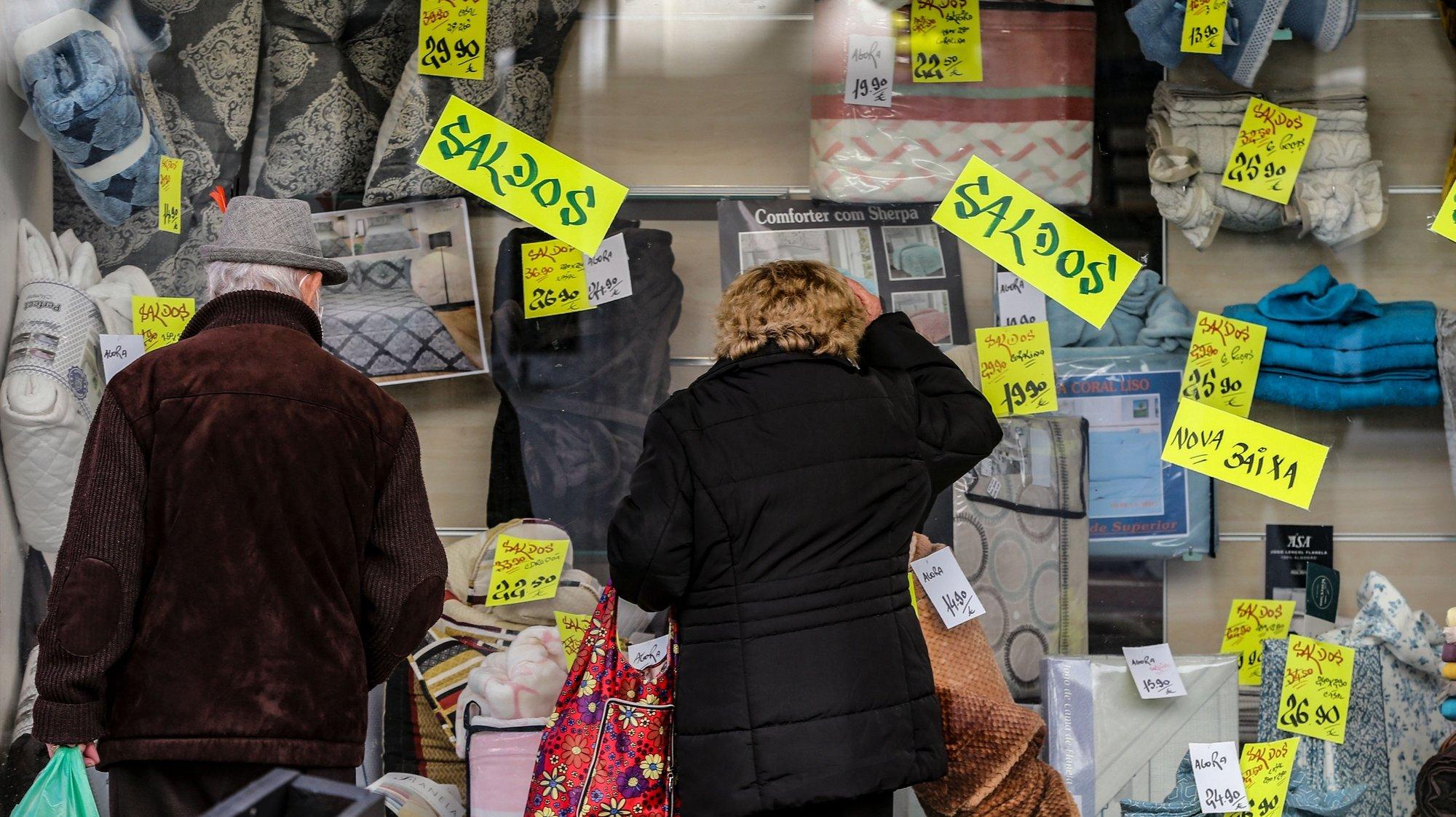 Populares observam as montras das lojas após a reabertura de comércio não-essencial e cabeleireiros fechado anteriormente após novo decreto do Estado de Emergência devido à covid-19, Lisboa, 15 março 2021.  MANUEL DE ALMEIDA / LUSA