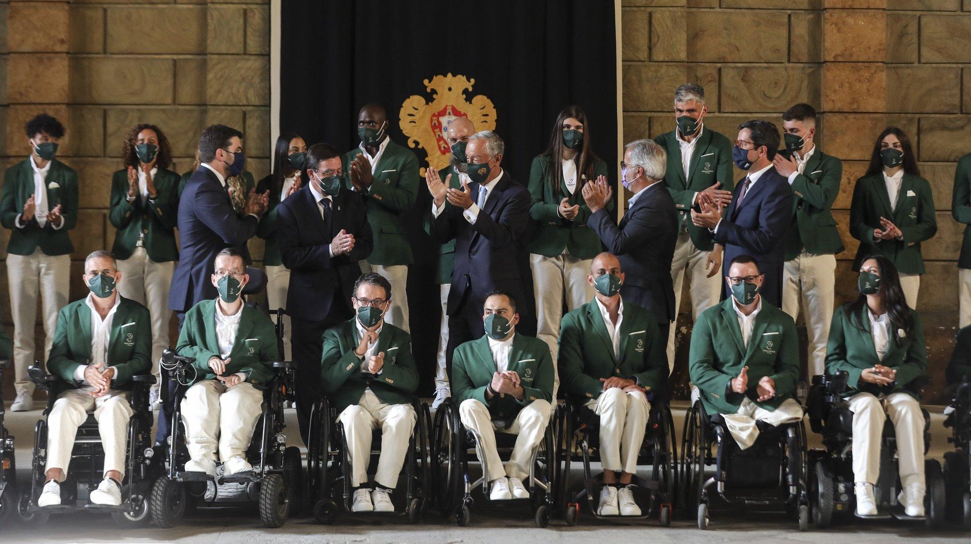 O Presidente da República, Marcelo Rebelo de Sousa (C), acompanhado pelos atletas paralímpicos durante a cerimónia de despedida da Missão Paralímpica de Portugal aos Jogos Olímpicos Tóquio 2020, no Picadeiro Real, Antigo Museu Nacional dos Coches, em Lisboa, 12 de agosto de 2021. MIGUEL A. LOPES/LUSA