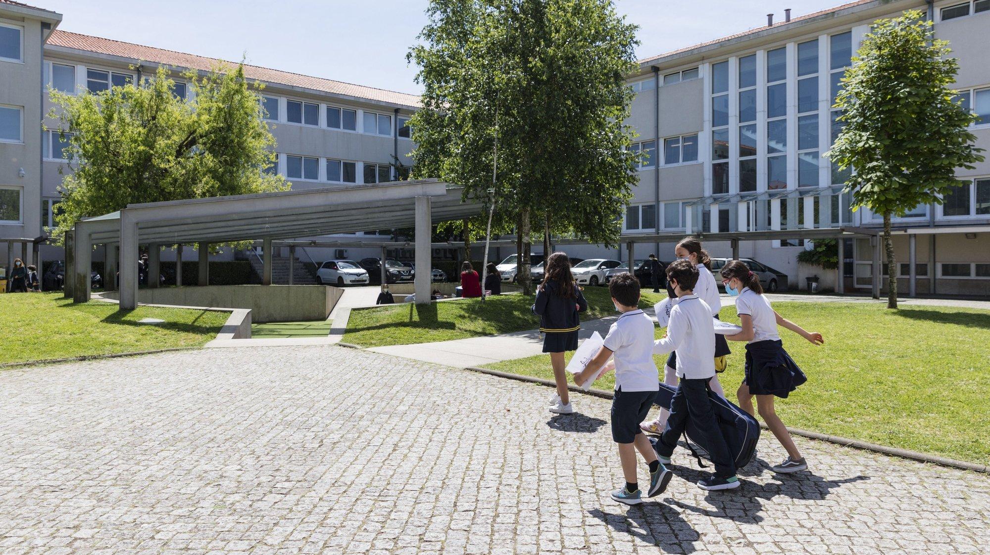 """Os alunos caminham nas instalações do Colégio do Rosário, no Porto, 19 de maio de 2021. Sem nenhuma """"receita"""" para o sucesso além de """"dedicação, trabalho e rigor"""", o Colégio do Rosário, no Porto, volta a ser, num ano de inovação e de gestão de crise, a escola com melhores resultados nos exames do secundário. (ACOMPANHA TEXTO DA LUSA DO DIA 21 DE MAIO DE 2021) JOSÉ COELHO/LUSA"""