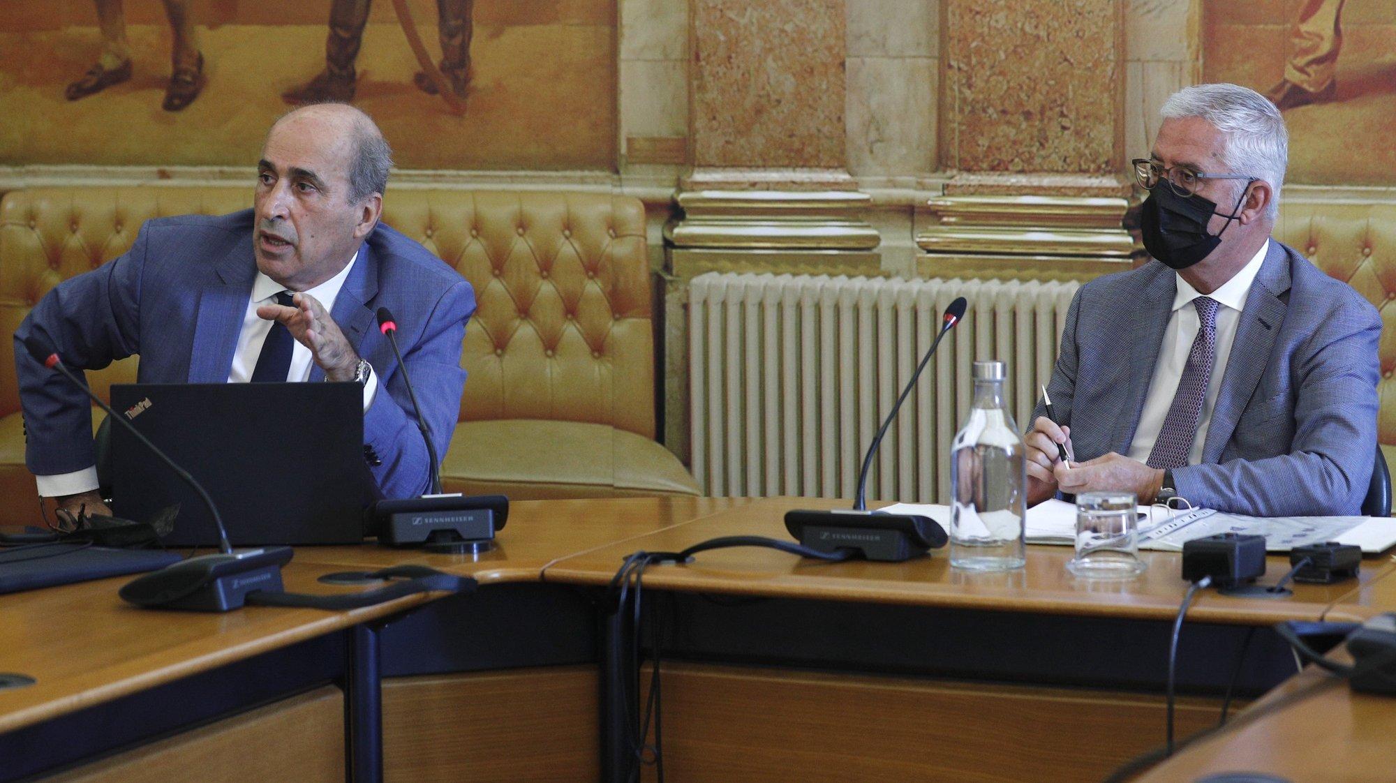 O deputado socialista e relator da  Comissão Eventual de Inquérito Parlamentar às perdas registadas pelo Novo Banco e imputadas ao Fundo de Resolução, Fernando Anastácio (E), acompanhado pelo presidente da Comissão, Fernando Negrão, durante a apresentação do relatório da referida comissão na Assembleia da República, em Lisboa, 20 de julho de 2021. ANTÓNIO COTRIM/LUSA