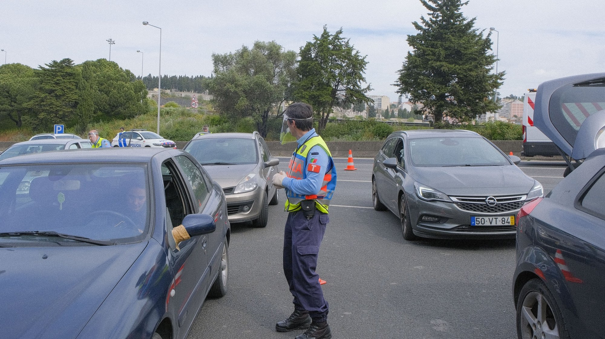 Um elemento da Polícia de Segurança Publica (PSP) controla o aceso na Ponte 25 de Abril, sentido Lisboa – Almada, afim de sensibilizar os automobilistas a ficarem em casa decido à COVID-19, Lisboa, 29 de março de 2020. Em Portugal, segundo o balanço feito hoje pela Direção-Geral da Saúde, registaram-se 119 mortes, mais 19 do que na véspera (+19%), e registaram-se 5.962 casos de infeções confirmadas, mais 792 casos em relação a sábado (+15,3%). ANTÓNIO  COTRIM/LUSA