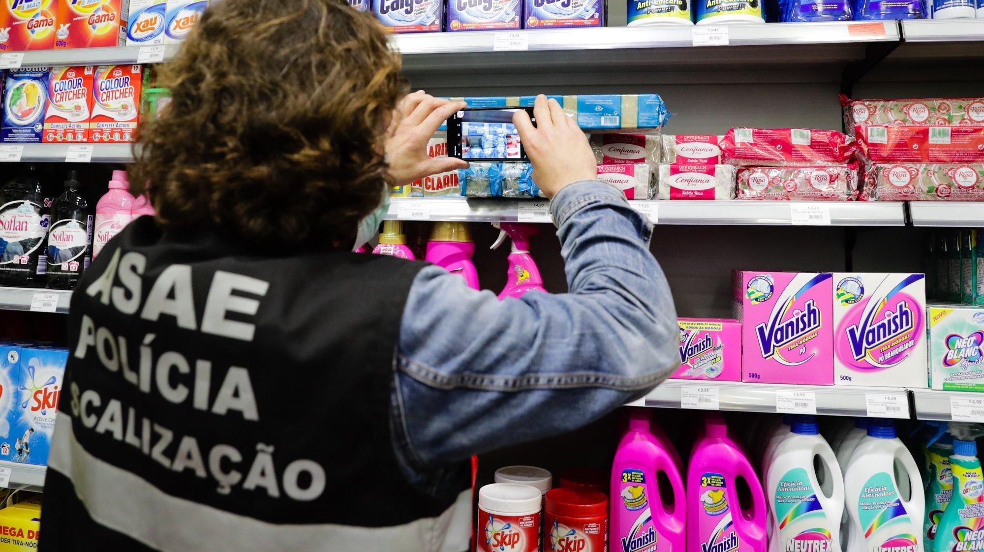 Uma equipa de fiscalização da ASAE verifica preços e embalagens de álcool gel, e máscaras numa loja de artigos médicos em Moscavide, 23 de abril de 2020. Cerca de quatro dezenas de equipas da ASAE iniciaram uma ação de fiscalização por todo o país do preço dos artigos de proteção e limpeza. TIAGO PETINGA/LUSA