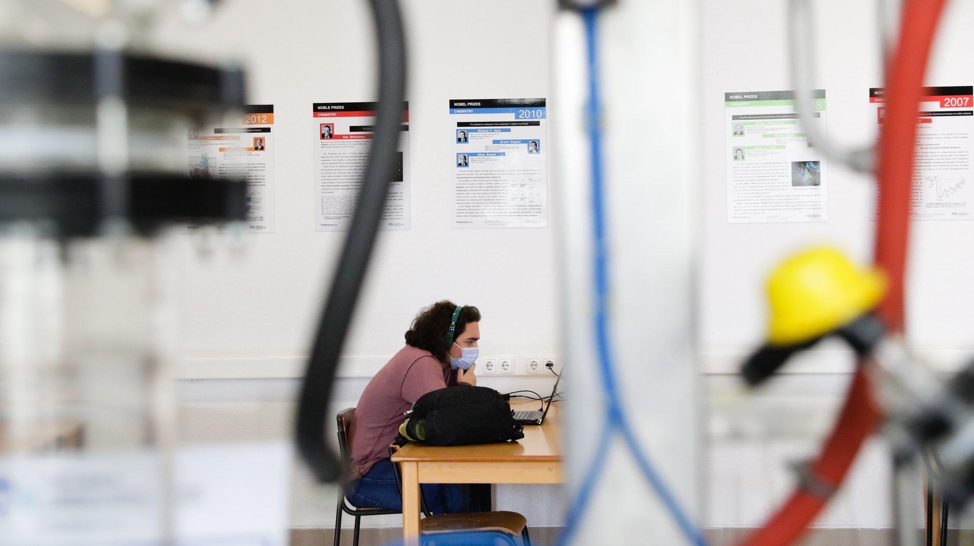 Uma aluna estuda numa das salas da Faculdade de Ciências e Tecnologia da Universidade Nova, após o reinício das aulas presenciais no Monte da Caparica, em Almada, 14 de maio de 2020. (ACOMPANHA TEXTO DA LUSA DE 16 DE MAIO DE 2020). TIAGO PETINGA/LUSA