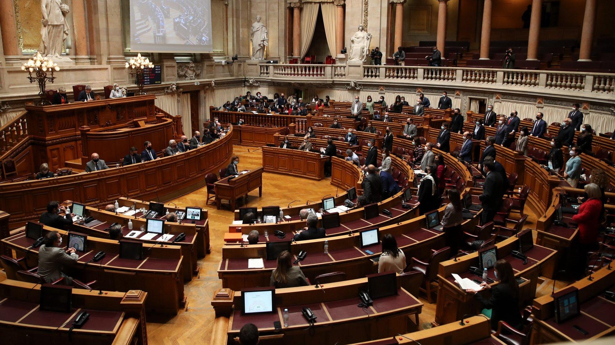 Deputados do Partido Socialista (PS) votam a favor do Orçamento do Estado 2021 (OE2021), na Assembleia da República, em Lisboa, 26 de novembro de 2020. O parlamento aprovou hoje a proposta bloquista de alteração ao Orçamento do Estado que anula a transferência de 476 milhões de euros do Fundo da Resolução destinada ao Novo Banco, com votos favoráveis do PSD, BE, PCP e PAN. MANUEL DE ALMEIDA/LUSA