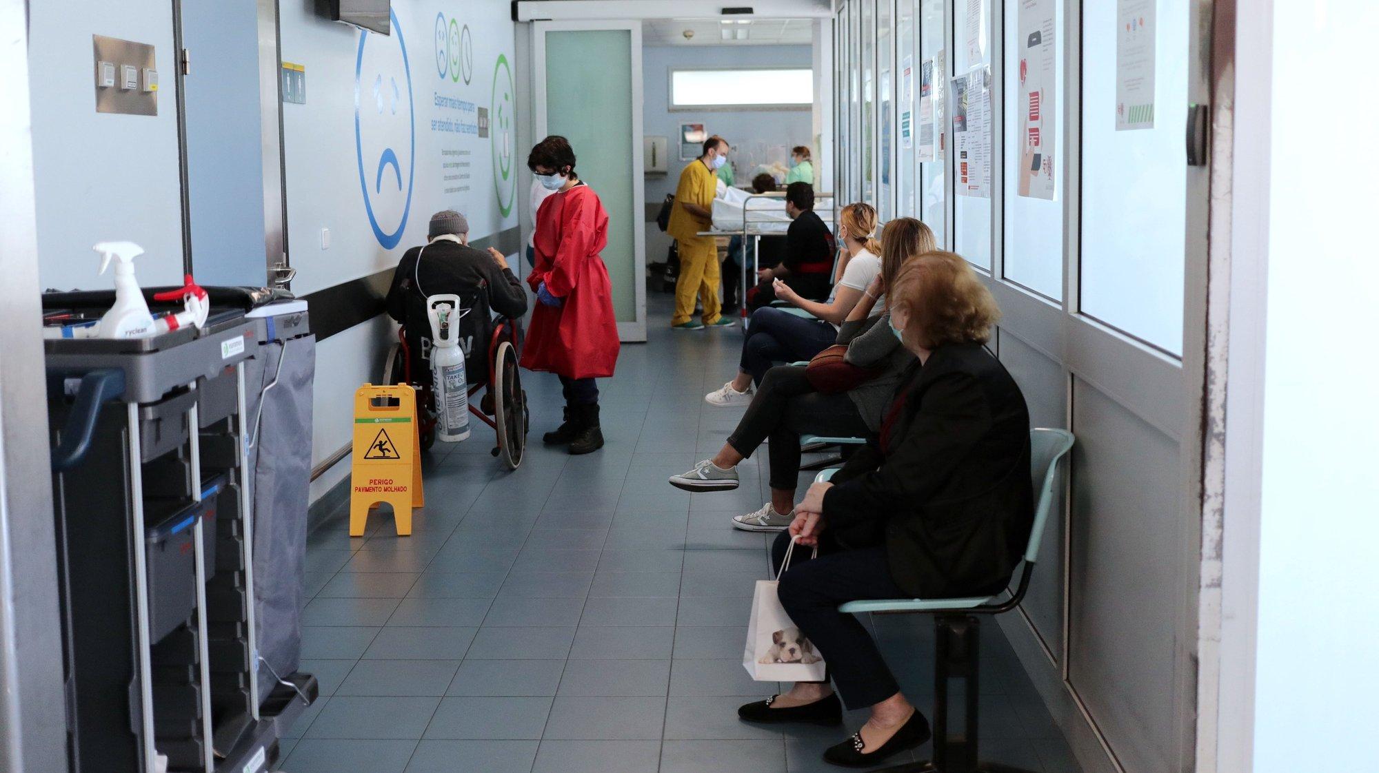 Sala de espera do serviço de urgência do Hospital de São João, no Porto, 06 de maio de 2020. A retoma da atividade regular no hospital do Porto, onde a 02 de março foi detetado o primeiro caso da covid-19 em Portugal, introduziu rotinas novas como a medição de temperatura e circuitos de triagem que, desejam os responsáveis, perdurarão no pós-pandemia. (ACOMPANHA TEXTO DO DIA 08 DE MAIO DE 2020). ESTELA SILVA/LUSA