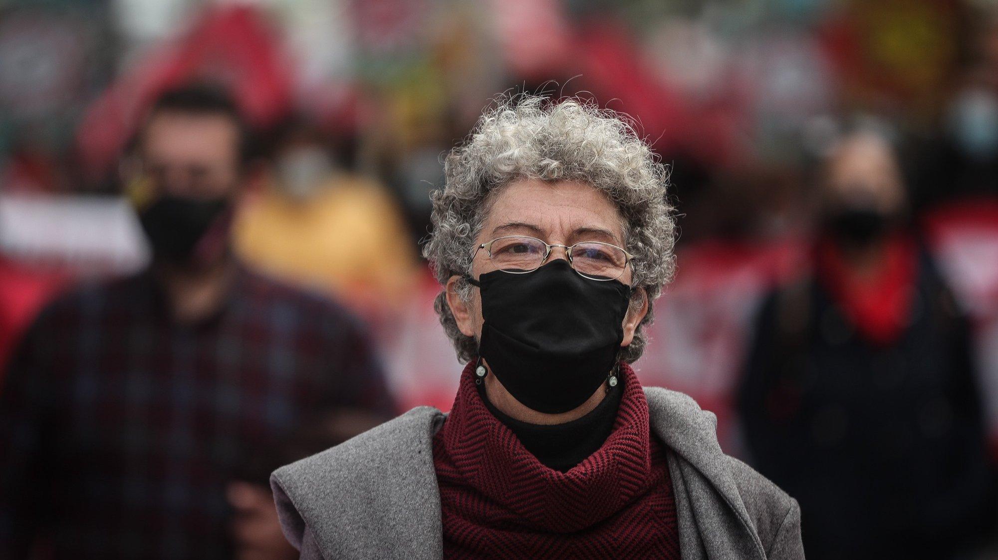 """A secretária-geral da CGTP-IN, Isabel Camarinha, participa na manifestação sob o lema """"Com Confiança, Determinação e Luta - Por um Portugal com Futuro! Salários, Emprego e Direitos"""", em Lisboa, 25 de fevereiro de 2021. MÁRIO CRUZ/LUSA"""
