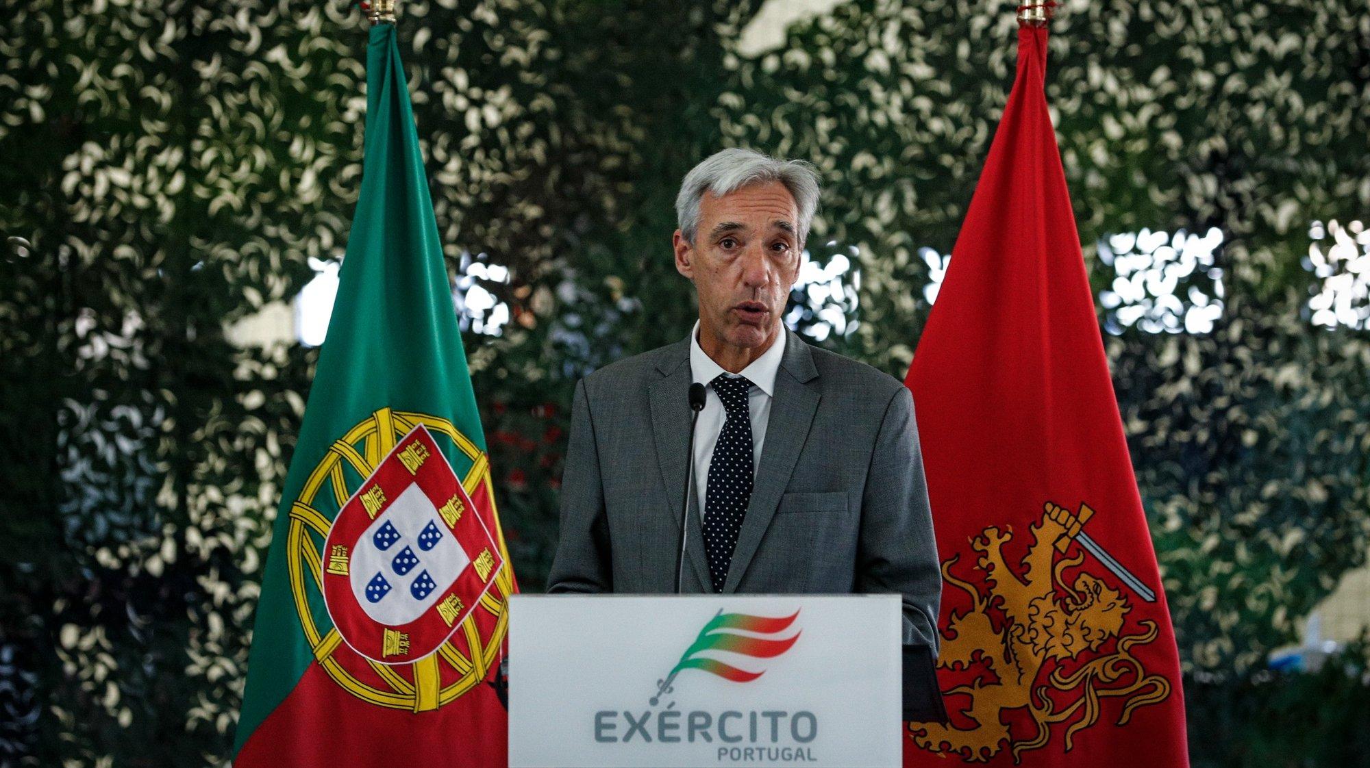 O ministro da Defesa Nacional, João Gomes Cravinho, intervém durante a visita à Unidade de Apoio Geral de Material do Exército, em Alcochete, 16 de abril de 2021. ANTÓNIO COTRIM/LUSA