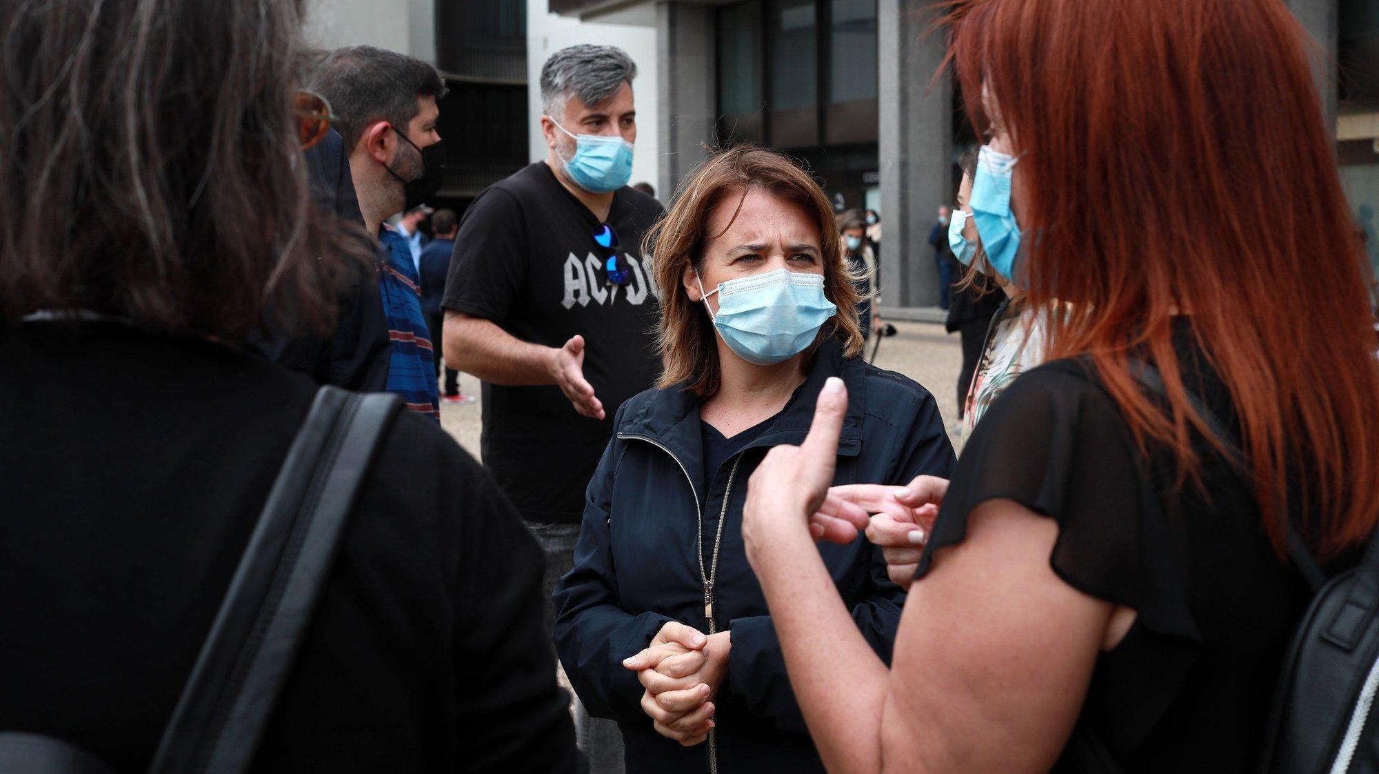 A coordenadora do Bloco de Esquerda (BE), Catarina Martins (C), durante um encontro com um grupo de trabalhadores despedidos da Altice, Porto, 05 julho 2021. ESTELA SILVA/LUSA