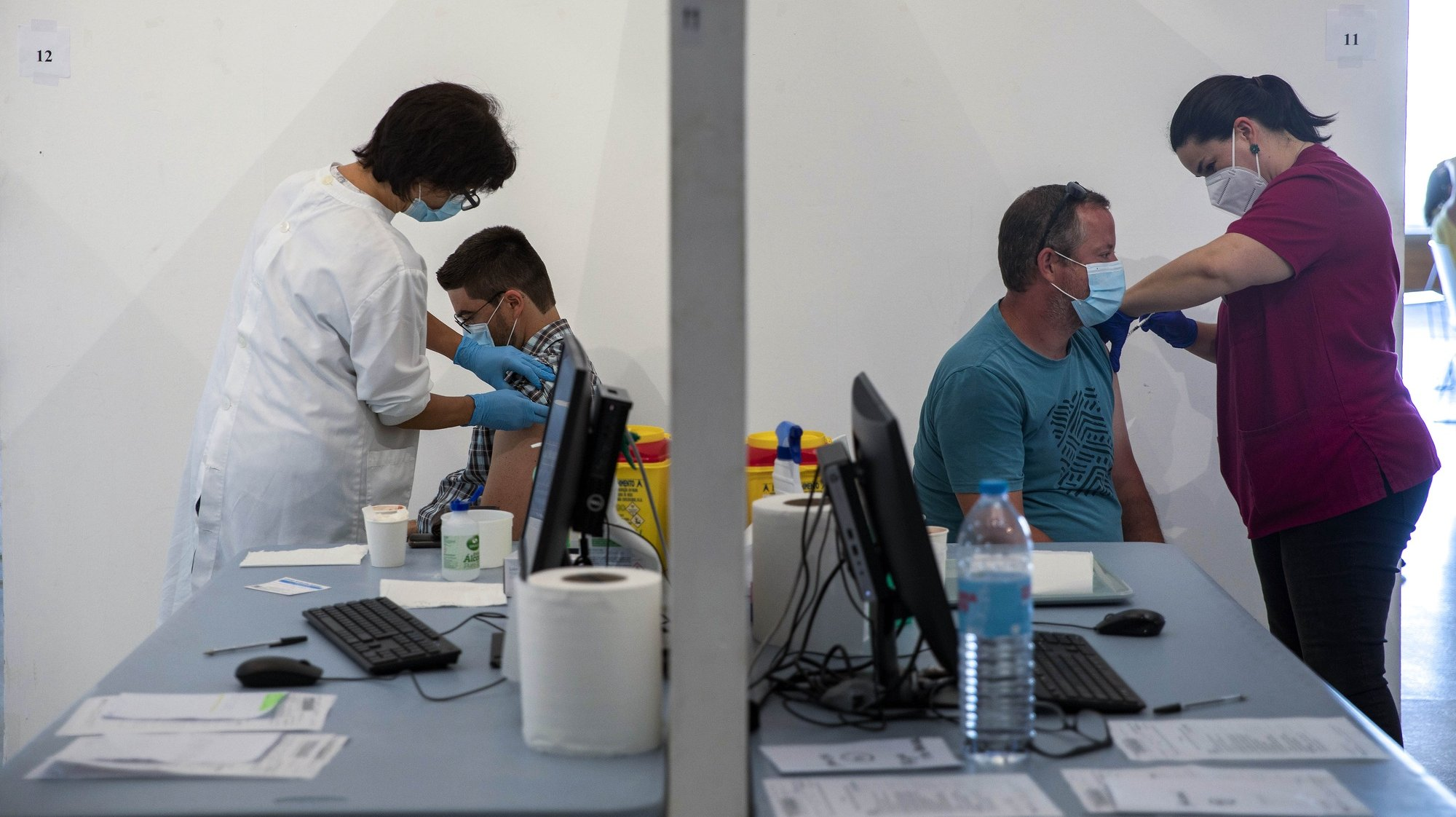 Profissionais de saúde administram a vacina contra a covid-19 a utentes, no Centro de Vacinação Covid-19, nas Portas do Mar, em Ponta Delgada, ilha de São Miguel, Açores, 08 de julho de 2021. A capacidade de resposta no Centro de Vacinação na cidade de Ponta Delgada foi aumentada, tendo agora a possibilidade de realizar 450 inoculações por dia. A ilha de São Miguel está em nível de Alto Risco de contágio, enquanto todos os concelhos das restantes oito ilhas estão em nível de Muito Baixo Risco. EDUARDO COSTA/LUSA