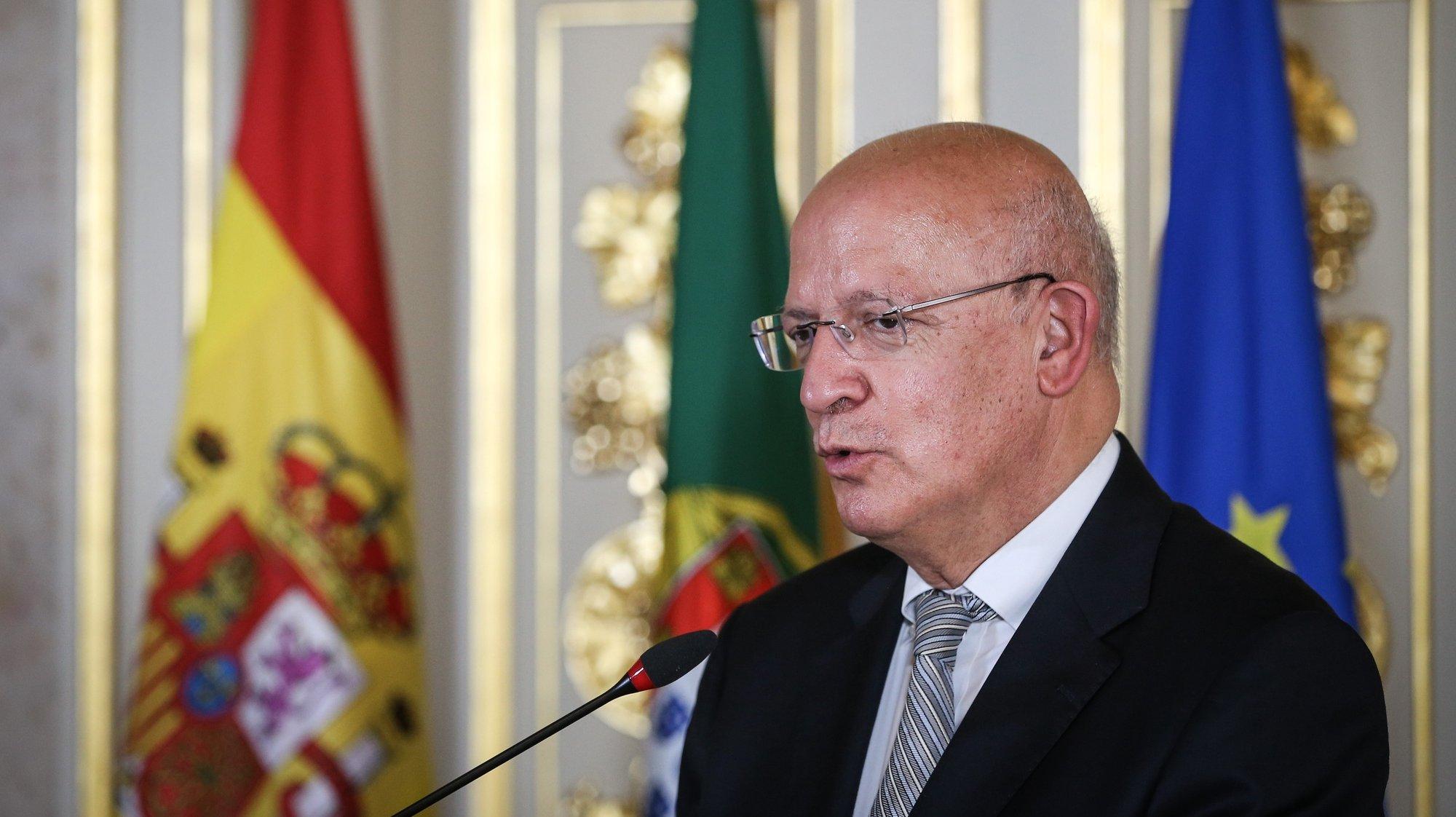 O ministro de Estado e dos Negócios Estrangeiros, Augusto Santos Silva, acompanhado pelo seu homólogo de Espanha, José Manuel Albares (ausente da foto), intervém numa conferencia de imprensa após uma reunião de trabalho onde foram abordados tópicos das relações bilaterais, nomeadamente o início da preparação da próxima Cimeira Luso-Espanhola, bem como a coordenação em matéria de Covid-19, a recuperação económica europeia e temas da agenda internacional, como a situação na Venezuela, em Moçambique ou no Sahel, em Lisboa, 04 de agosto de 2021.  RODRIGO ANTUNES/LUSA