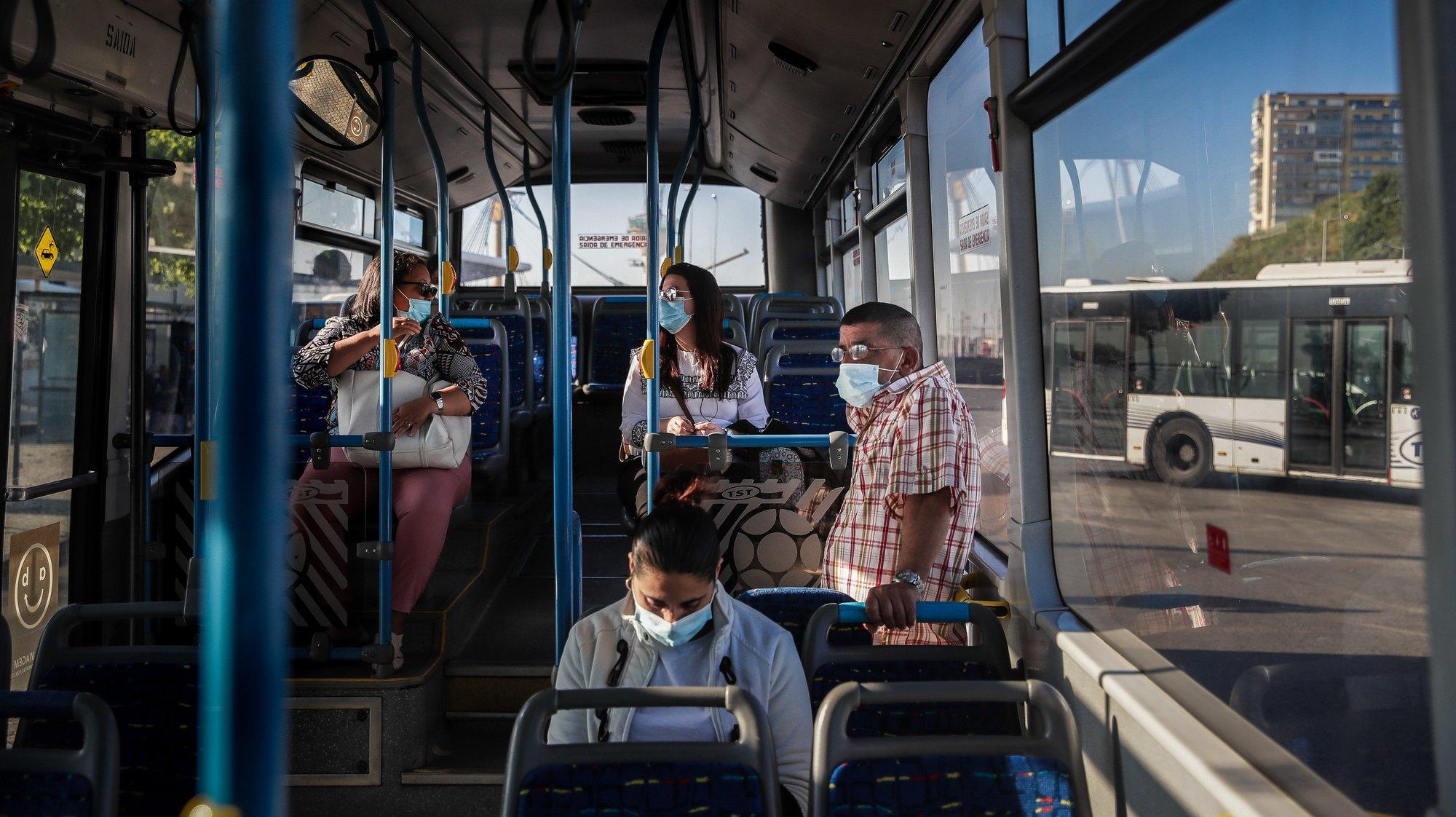 Utentes no interior de um autocarro dos Transportes Sul do Tejo (TST), em Cacilhas, Almada, 20 de maio de 2020. O transporte rodoviário foi reforçado com a entrada do segunda fase do desconfinamento devido à pandemia da covid-19, apesar disso as carreiras continuam com poucas pessoas o que contrasta com a grande utilização dos transportes fluviais da Transtejo/Soflusa. (ACOMPANHA TEXTO). MÁRIO CRUZ/LUSA