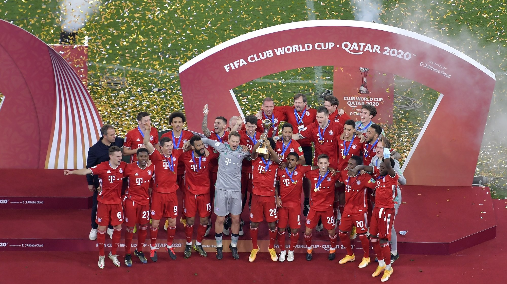 epa09005297 Bayern Munich players celebrate with the Club World Cup trophy after winning the final soccer match between Bayern Munich and Tigres UANL at the FIFA Club World Cup in Al Rayyan, Qatar, 11 February 2021.  EPA/NOUSHAD THEKKAYIL