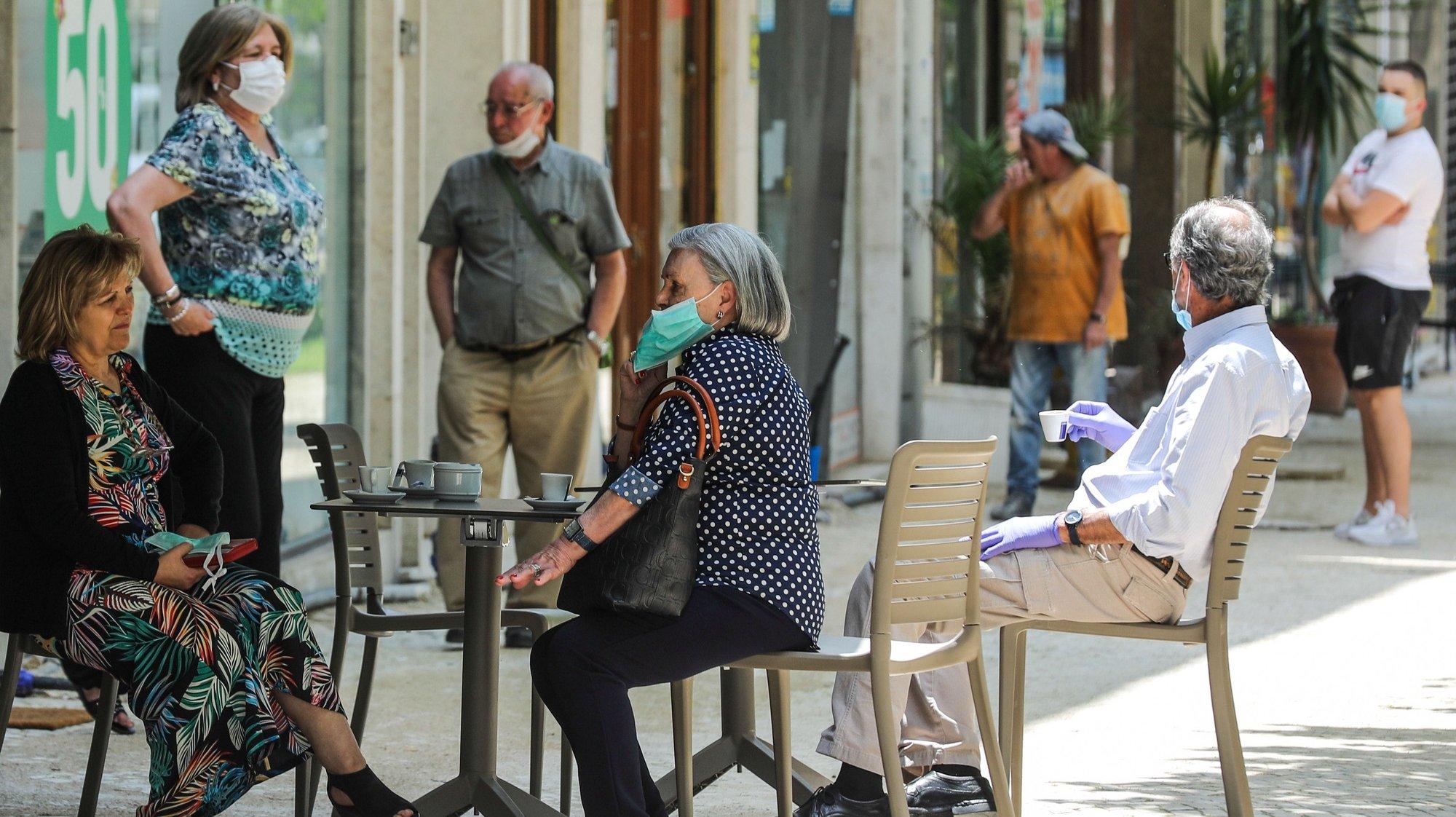 Populares numa esplanada no bairro de Alvalade em Lisboa no primeiro dia após o alívio das medidas de emergência devido à situação epidemiológica da covid-19 decretadas pelo Governo no dia 15, em Lisboa, 18 de maio de 2020. MIGUEL A. LOPES/LUSA
