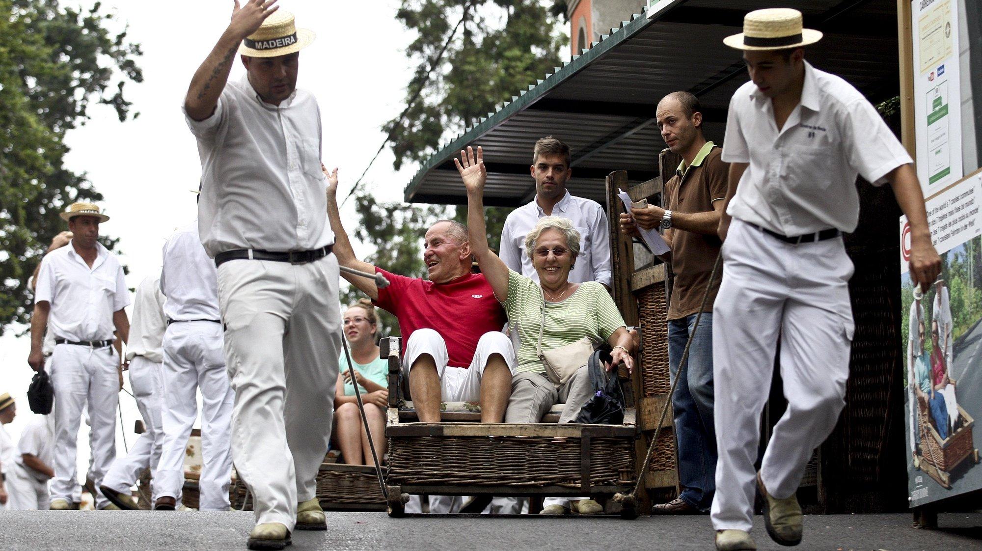 """Os tradicionais carreiros e respetivos carros de cesto do Monte, vão estar no dia 23 de setembro em Lisboa, fazendo descidas na Rua do Carmo, numa ação de promoção do destino turístico """"Madeira"""", Funchal. 20 Setembro de 2015 ( ACOMPANHA TEXTO). HOMEM DE GOUVEIA/LUSA"""