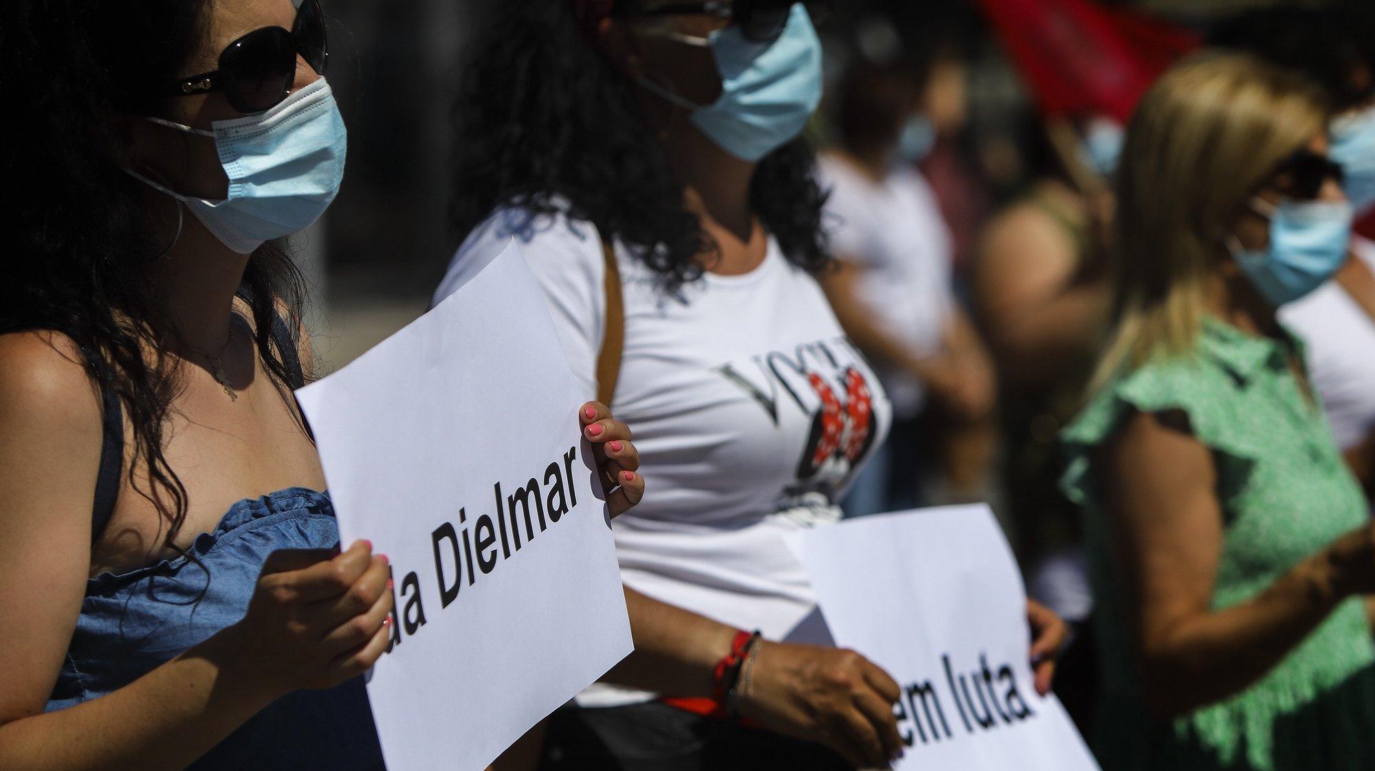 Concentração de trabalhadores da Dielmar convocada pelo Sindicato dos Trabalhadores do Setor Têxtil da Beira Baixa, após o pedido de insolvência da empresa têxtil, Castelo Branco, 9 de agosto de 2021. A empresa Dielmar, com sede em Alcains e cerca de 300 trabalhadores, pediu a insolvência ao fim de 56 anos de atividade, uma decisão que a administração atribui aos efeitos da pandemia de covid-19. PEDRO REIS MARTINS/LUSA.