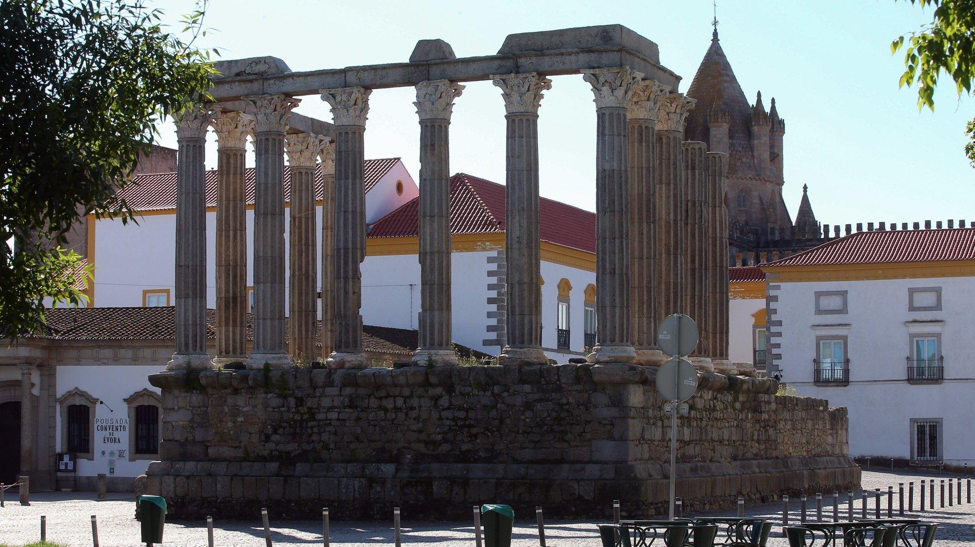 O Templo Romano de Évora (Templo de Diana) sem visitantes, durante o Domingo de Páscoa, devido à pandemia da covid-19, em Évora, 12 de abril de 2020. Portugal encontra-se em estado de emergência desde de 19 de março e até ao final do dia 17 de abril. NUNO VEIGA/LUSA