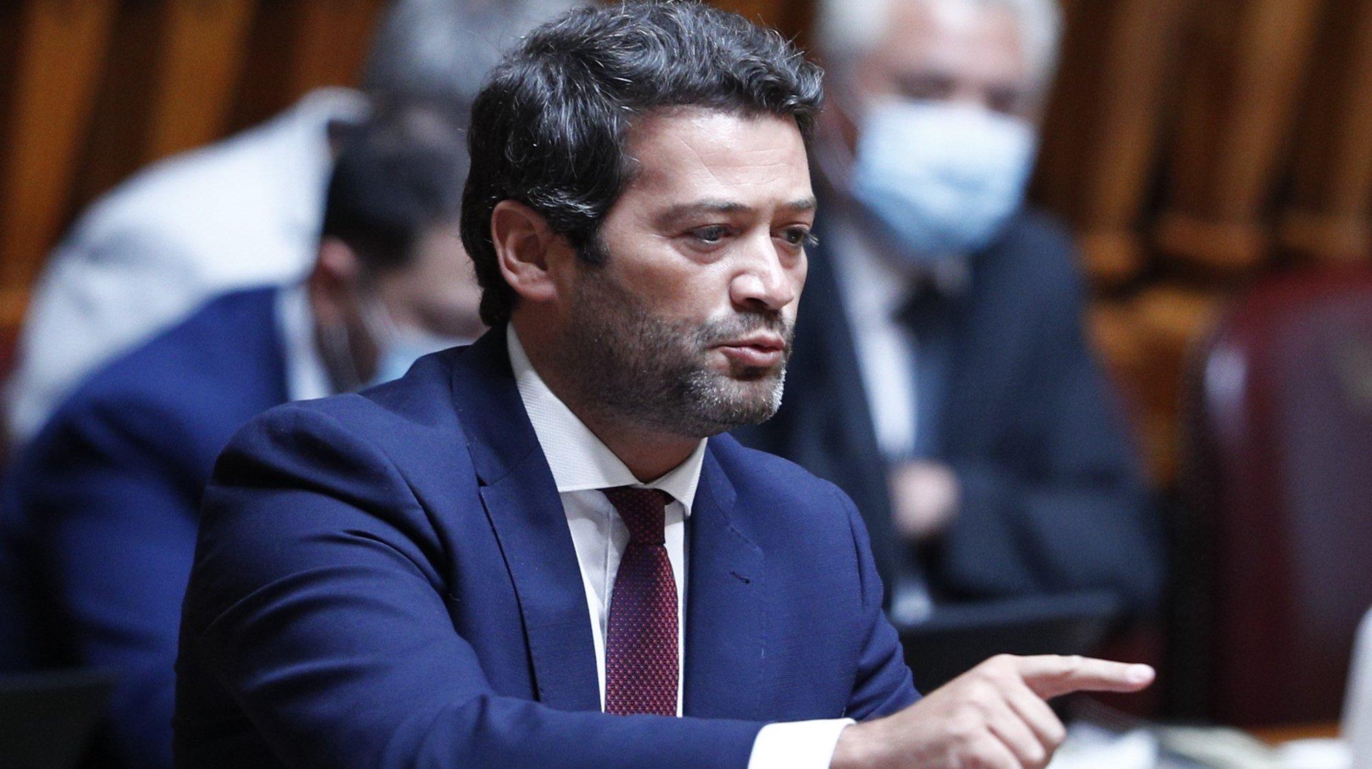 O deputado e líder do partido Chega, André Ventura, intervém durante o debate sobre o enriquecimento injustificado, que decorreu na Assembleia da República em Lisboa, 25 de junho de 2021.  ANTÓNIO COTRIM/LUSA