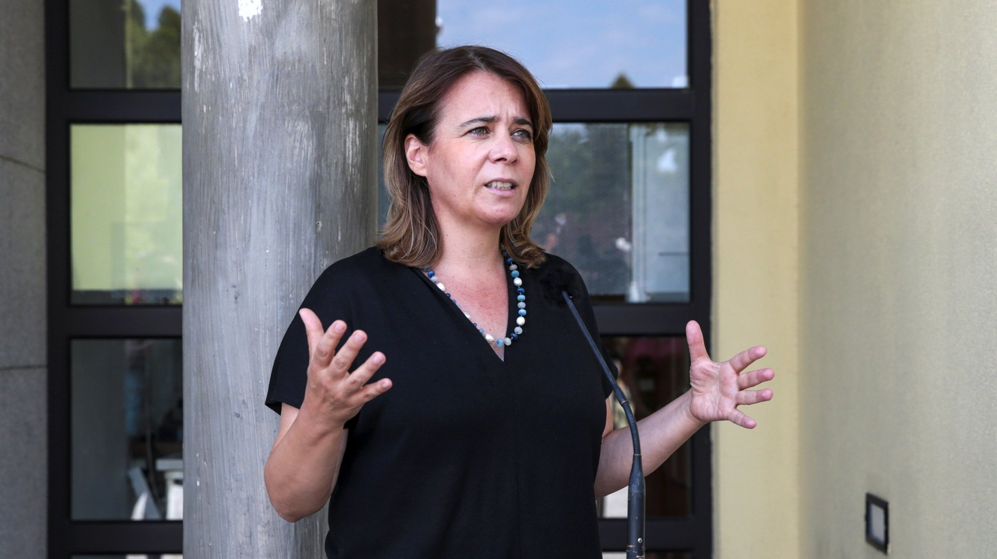 A coordenadora do Bloco de Esquerda (BE), Catarina Martins, fala aos jornalistas esta manhã, após ter visitado o Centro de Saúde de Cubos, em Mangualde, 25 de agosto de 2021. NUNO ANDRÉ FERREIRA/LUSA