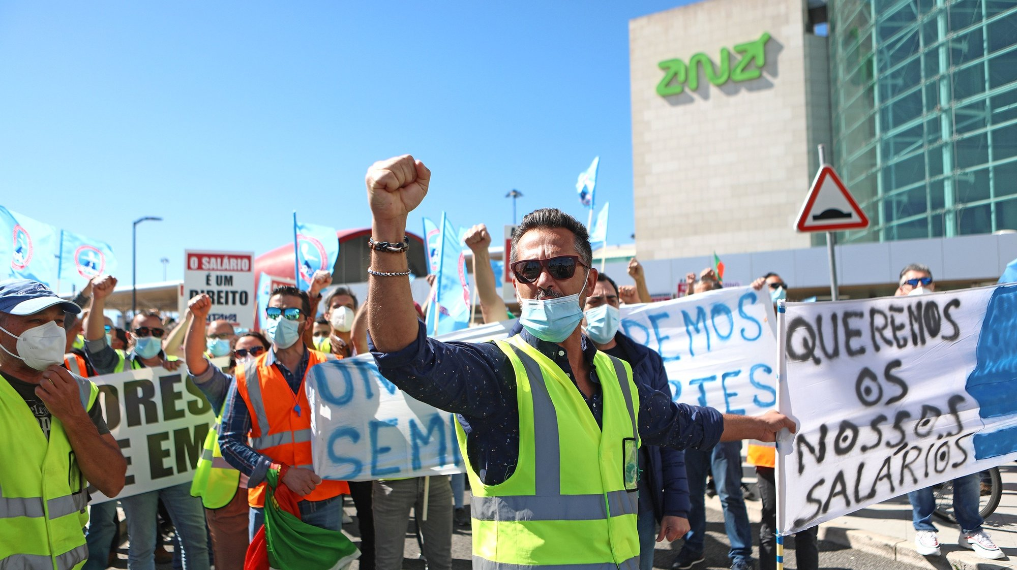 Trabalhadores da SPdH/Groundforce manifestam-se em frente à zona das chegadas do Aeroporto Humberto Delgado, em Lisboa, 18 de Março de 2021. O protesto convocado pela Comissão de Trabalhadores prende-se com o não pagamento de salários e os despedimentos anunciados. ANTÓNIO PEDRO SANTOS/LUSA