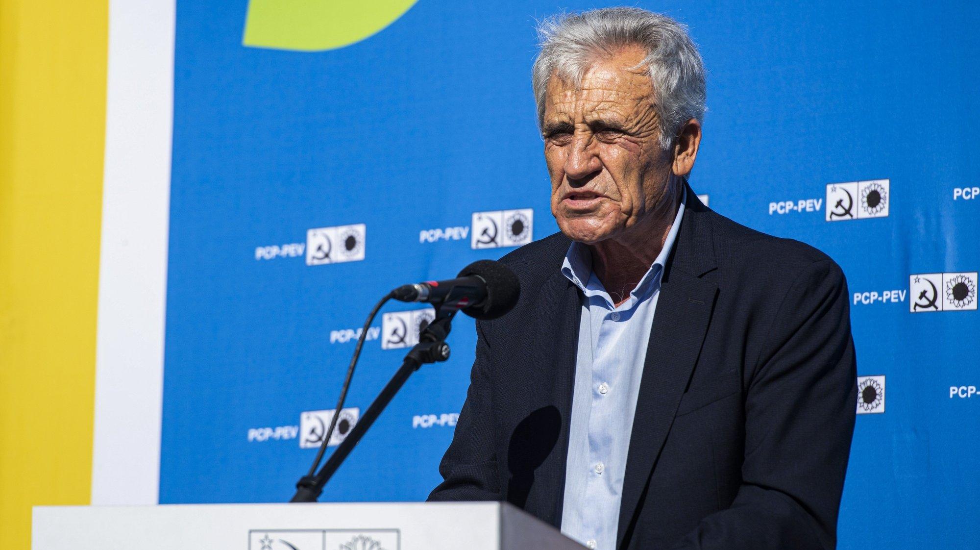 O secretário-geral do Partido Comunista Português (PCP), Jerónimo de Sousa, durante uma ação de campanha no Jardim das Descobertas, em Sines, 20 de setembro de 2021. No próximo dia 26 de setembro mais de 9,3 milhões eleitores podem votar nas eleições Autárquicas, para eleger os seus representantes locais. TIAGO CANHOTO/LUSA
