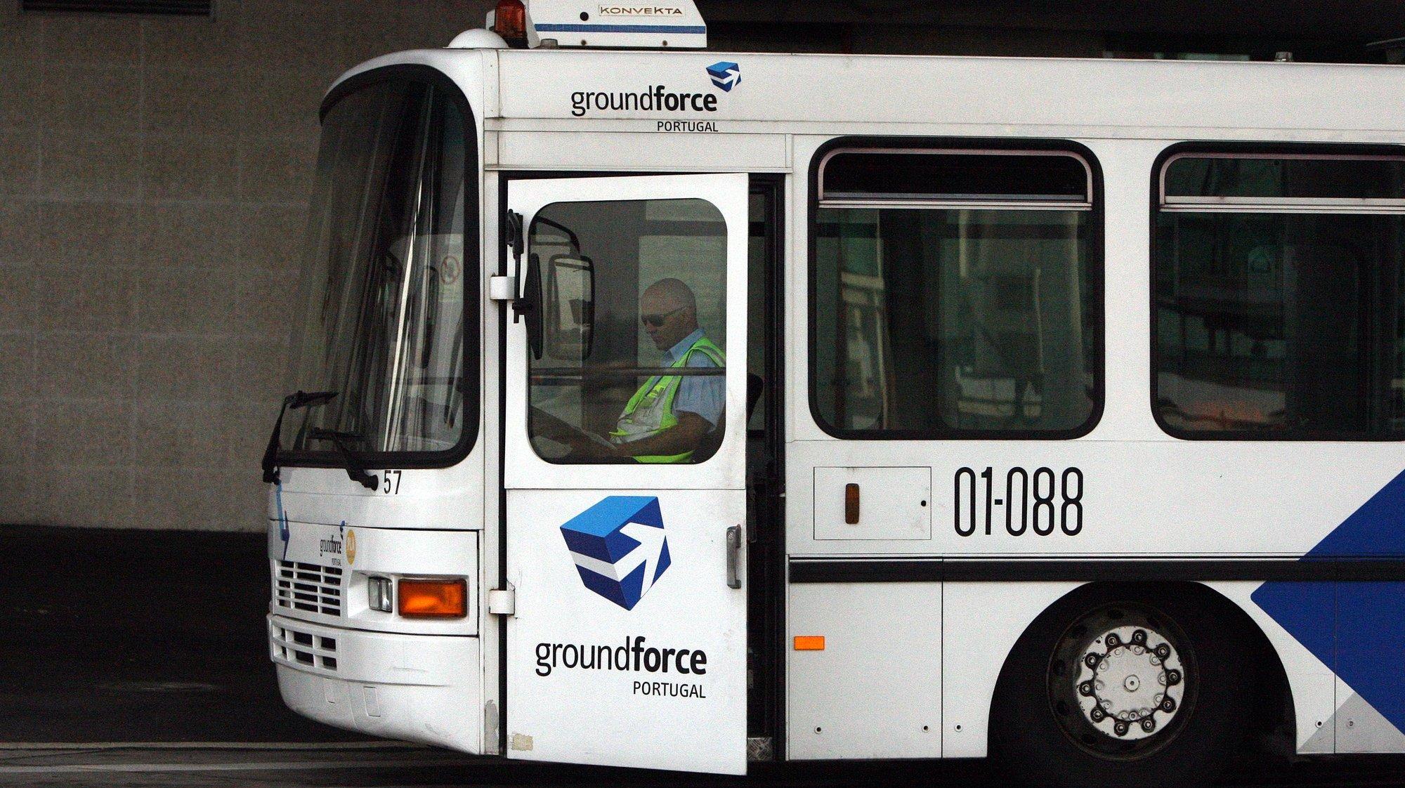 Um funcionário da Groundforce lê o jornal durante uma pausa, aeroporto Sá Carneiro, Porto, 27 de junho de 2012. JOSE COELHO/LUSA