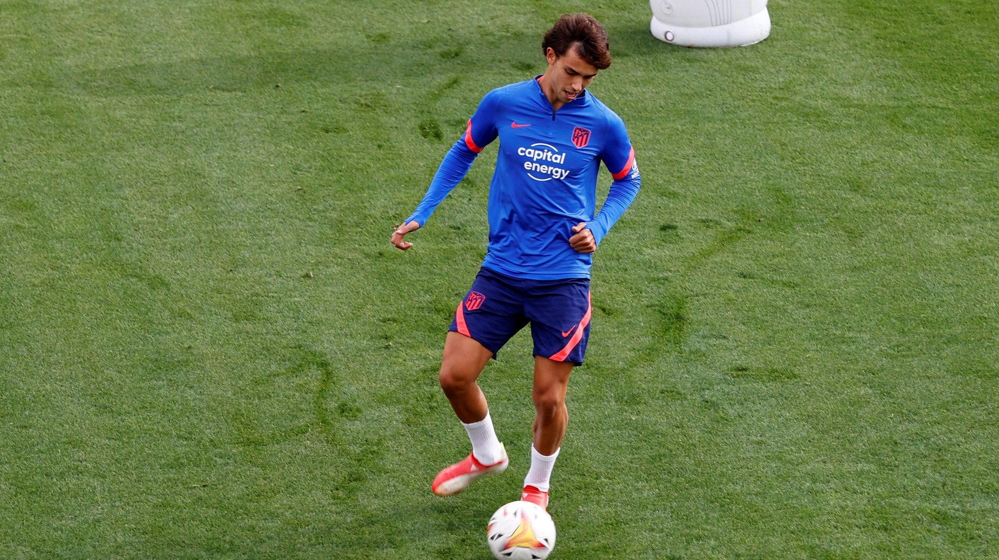 epa09460704 Atletico Madrid's Portuguese striker Joao Felix takes part in a training session of the team at Wanda Sports City in Majadahonda, Madrid, Spain, 11 September 2021. Atletico Madrid will play a LaLiga soccer match against RCD Espanyol on 12 September.  EPA/J.J. Guillen