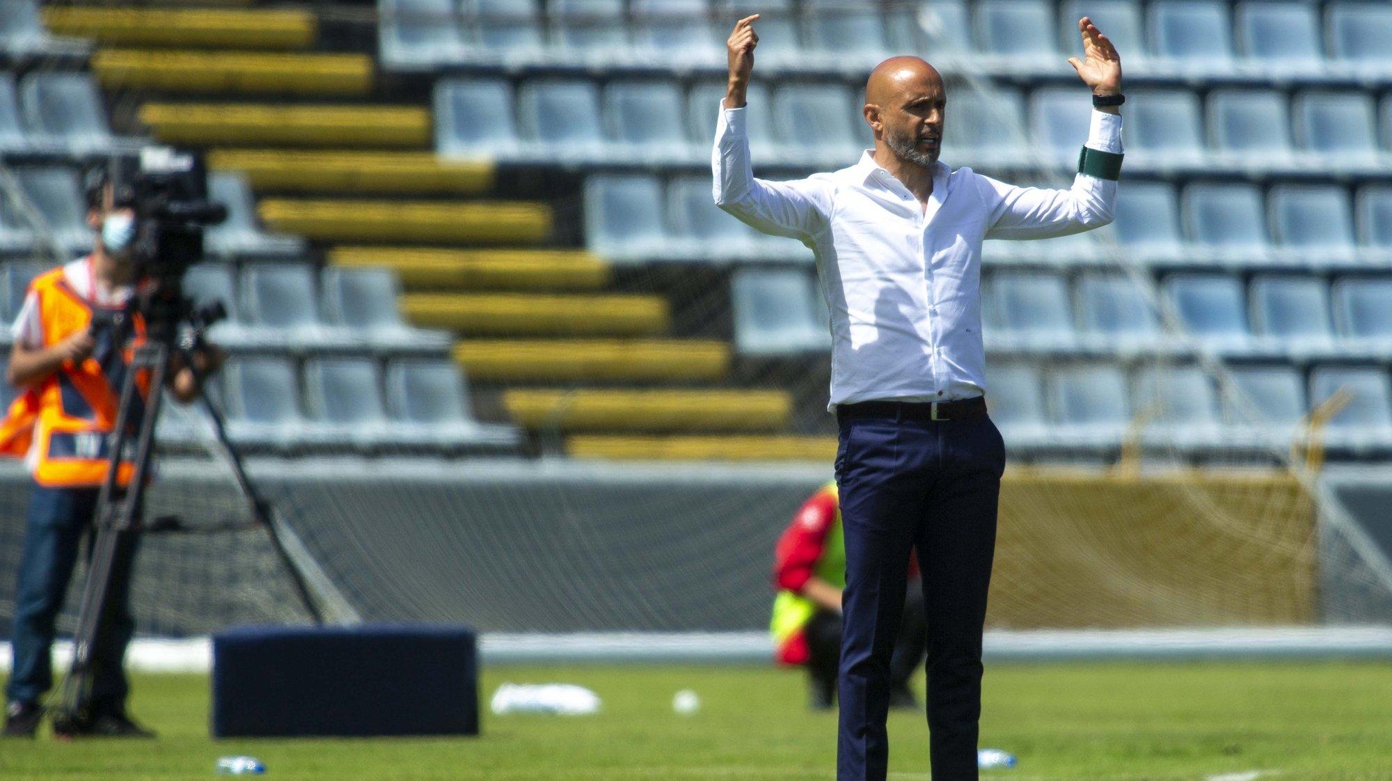Miguel Cardoso, treinador do Rio Ave, durante o jogo da Primeira Liga de Futebol, disputado com o Santa Clara no Estádio de São Miguel em Ponta Delgada, 11 de maio de 2021. EDUARDO COSTA/LUSA