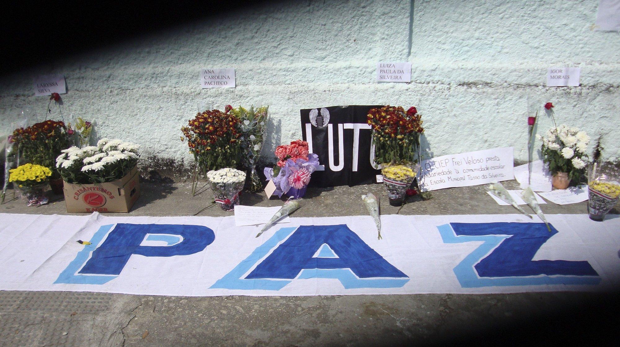 Familiares e amigos participaram nos funerais de algumas das crianças mortas ontem por um atirador suicida numa escola do Rio de Janeiro, 8 de abril de 2011.  FABIANA BRITO ROQUE/LUSA