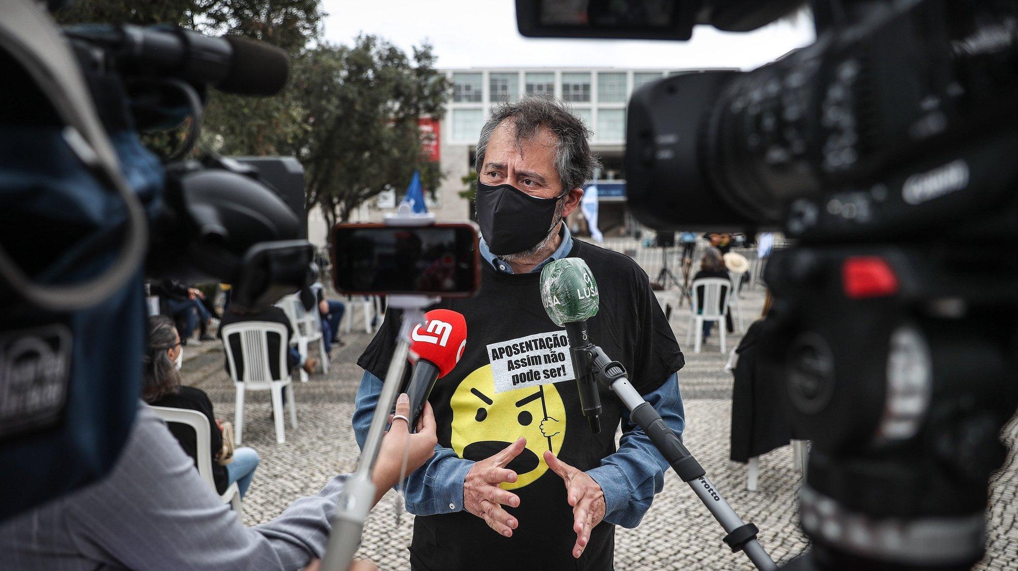 O secretário-geral da Federação Nacional Dos Professores (Fenprof), Mário Nogueira, fala aos jornalistas durante a manifestação com o objetivo de alertar para o envelhecimento dos profissionais docentes, junto ao Centro Cultural de Belém onde decorre a reunião do Conselho de Ministros, em Lisboa, 13 de maio de 2021. MÁRIO CRUZ/LUSA